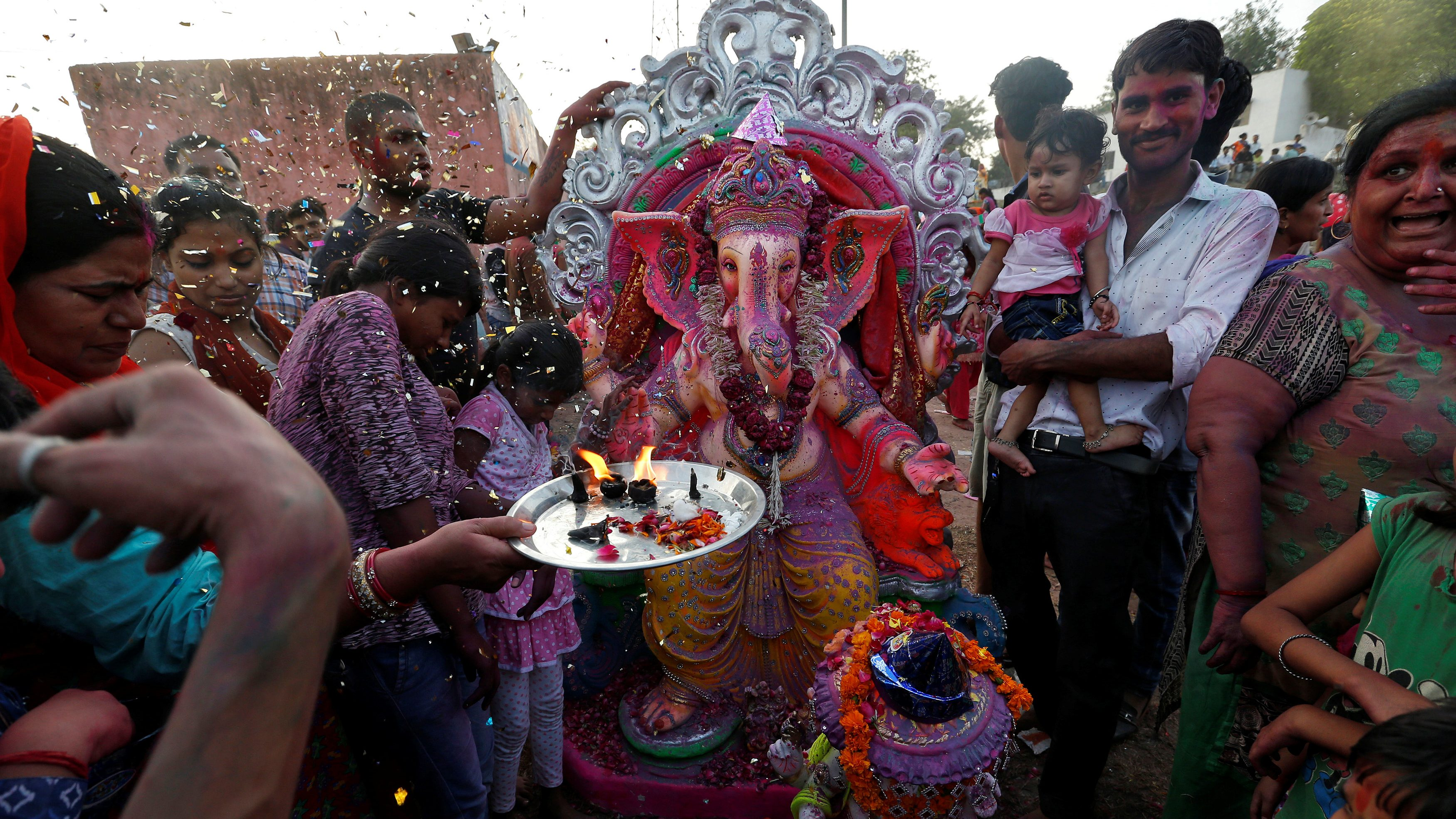 Devotees offer prayers to an idol of the Hindu god Ganesh, the deity of prosperity, as they make their way to the Yamuna river to immerse the idol on the last day of the ten-day-long Ganesh Chaturthi festival in Delhi, India, September 15, 2016. REUTERS/Cathal McNaughton - D1BEUBLMVOAC
