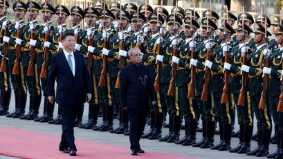 ndia's President Pranab Mukherjee and Chinese President Xi Jinping attend a welcoming ceremony.