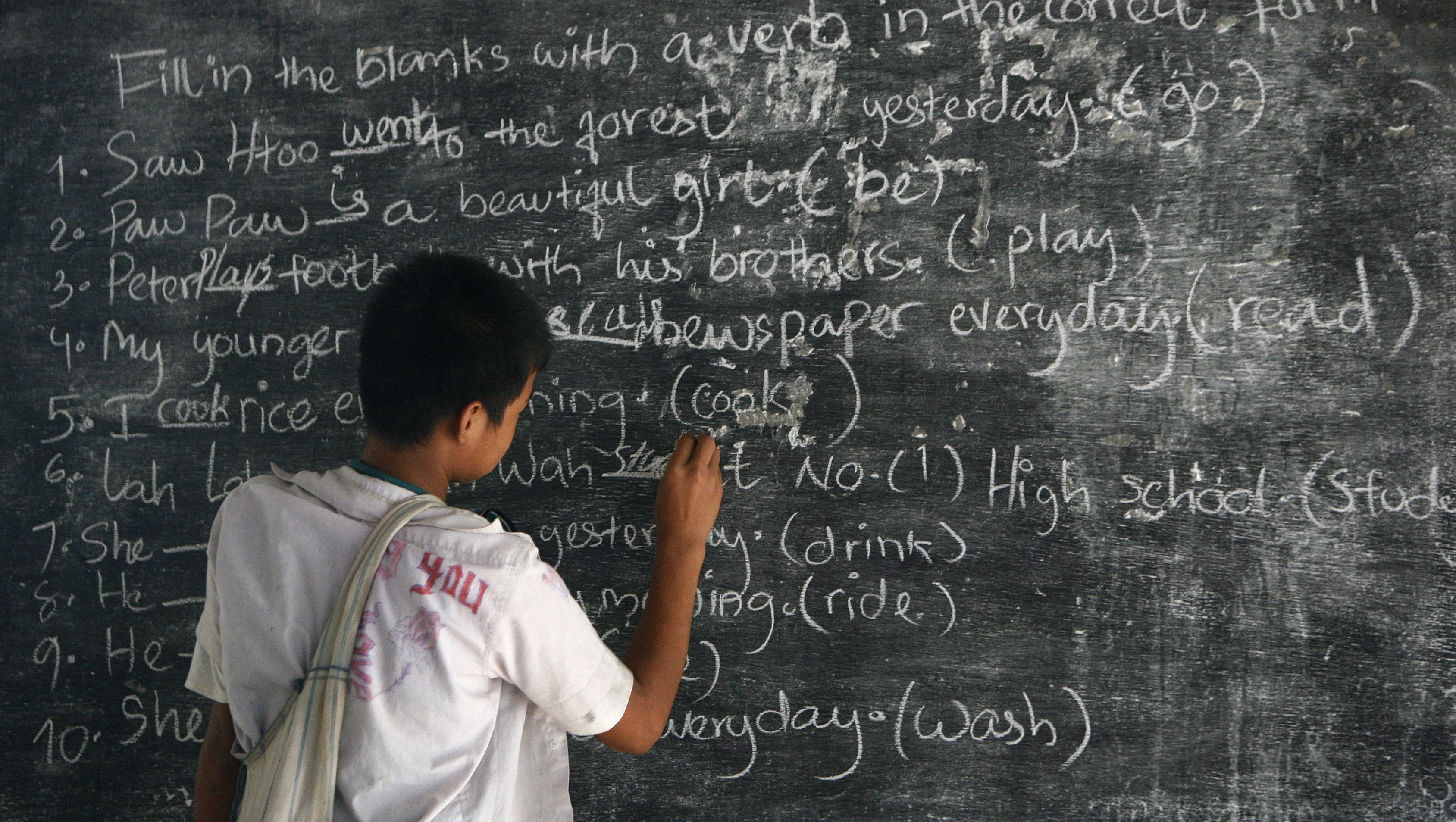 An ethnic Karen student learns English at a school in Mae La camp, near the Thai-Myanmar border in Mae Sot district, Tak province, 600 km (373 miles) north of Bangkok July 22, 2008. Mae La camp is the biggest refugee camp in nine camps along the Thai-Myanmar border which accommodates 48,000 people who are mainly ethnic  Karens. It is about four kilometres away from the Myanmar border and existed since 1984 as a small settlement for ethnic Karens who have fled the biggest Myanmar army offensive.  Picture taken July 22, 2008.  REUTERS/Chaiwat Subprasom (THAILAND) - RTX87IY