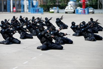 Police officers practice during a drill ahead of their peacekeeping assignment in Liberia, in Langfang, Hebei province, May 4, 2014.