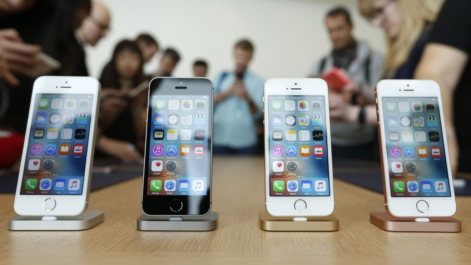 The new iPhone SE is seen on display during an event at the Apple headquarters in Cupertino, California March 21, 2016. REUTERS/Stephen Lam - RTSBJ3K