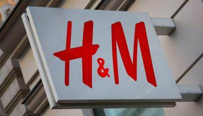 The logo of Swedish fashion label H&M is seen outside a store in Vienna, Austria, October 1, 2016. REUTERS/Leonhard Foeger - D1AEUFJYMZAA