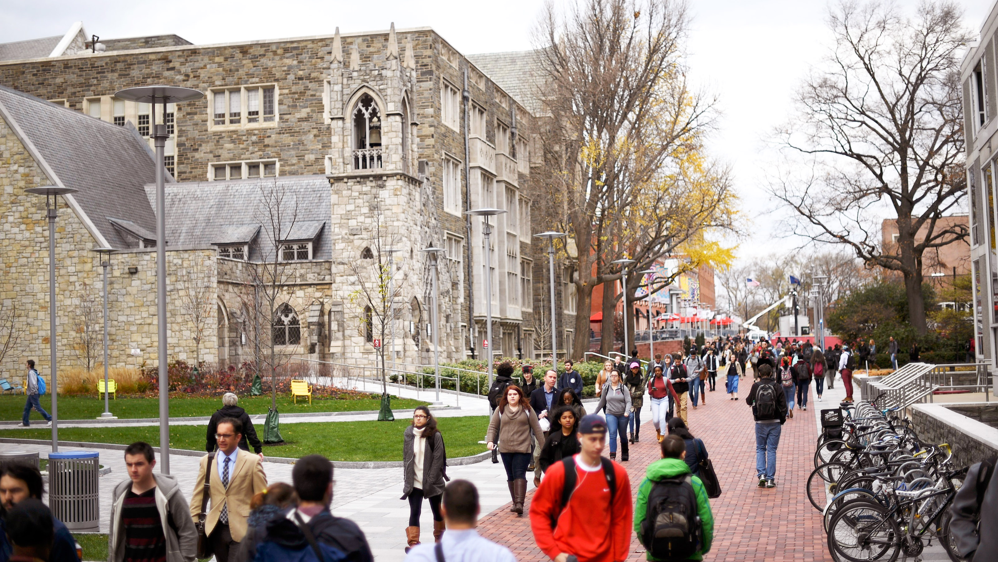 Students walk through the campus of Temple University, which has an enrollment of more than a 38,000 and offers 464 academic degree programs, in Philadelphia, Pennsylvania, U.S. on December 1, 2016.      To match Special Report COLLEGE-CHARITIES/     REUTERS/Mark Makela - TM3ECC1196W01
