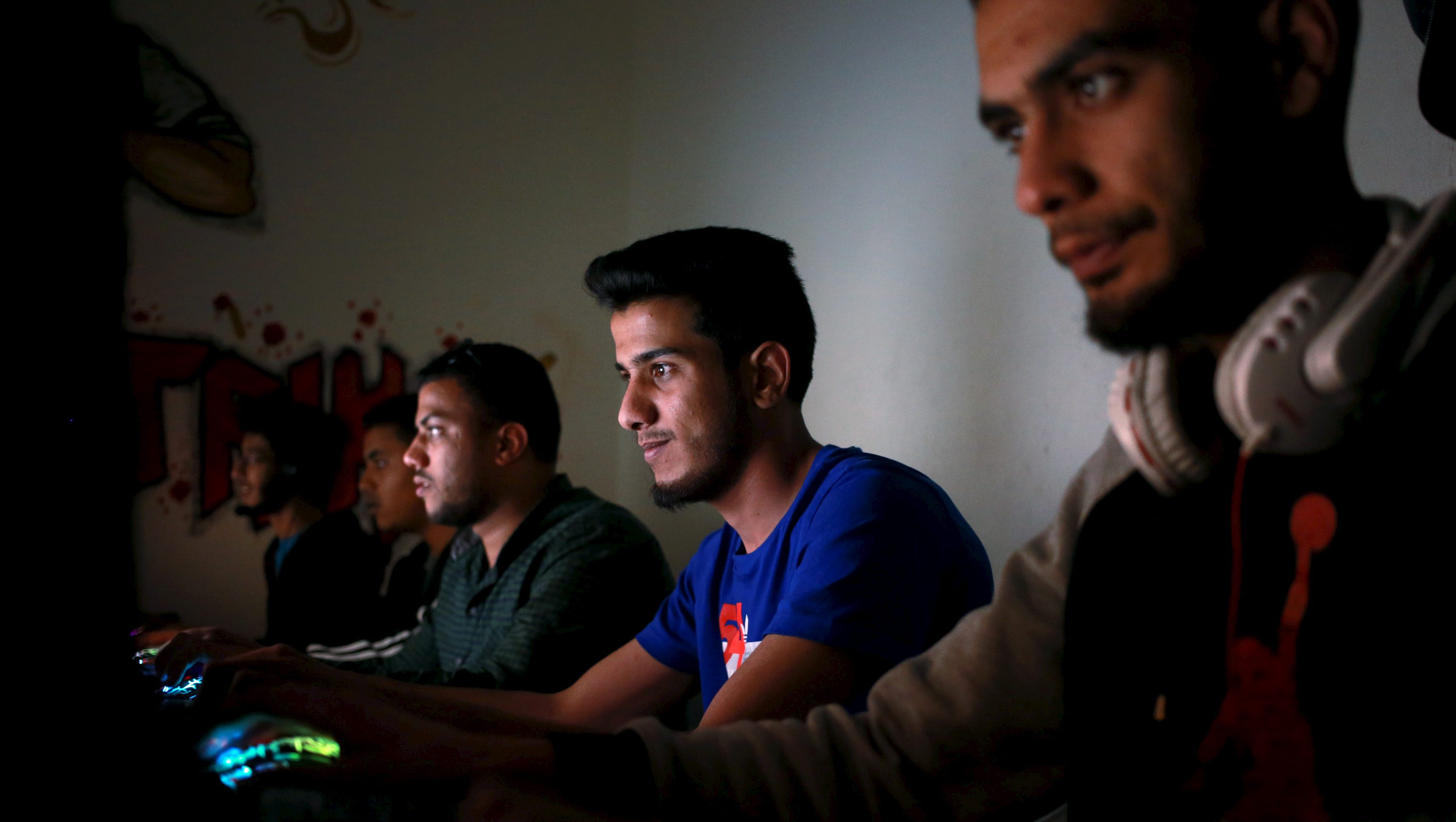 Libyans play computer games at an internet cafe in Benghazi, Libya April 10, 2016. Picture taken April 10, 2016.