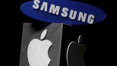 DATE IMPORTED:January 26, 20163D-printed Samsung and Apple logos are seen in this picture illustration made in Zenica, Bosnia and Herzegovina on January 26, 2016. Apple Inc is expected to report a 1.3 percent increase in iPhone sales in the holiday quarter, its slowest ever and a far cry from the double-digit growth investors have come to expect. Apple sold 75.5 million iPhones in the October-December quarter, according to research firm FactSet Street