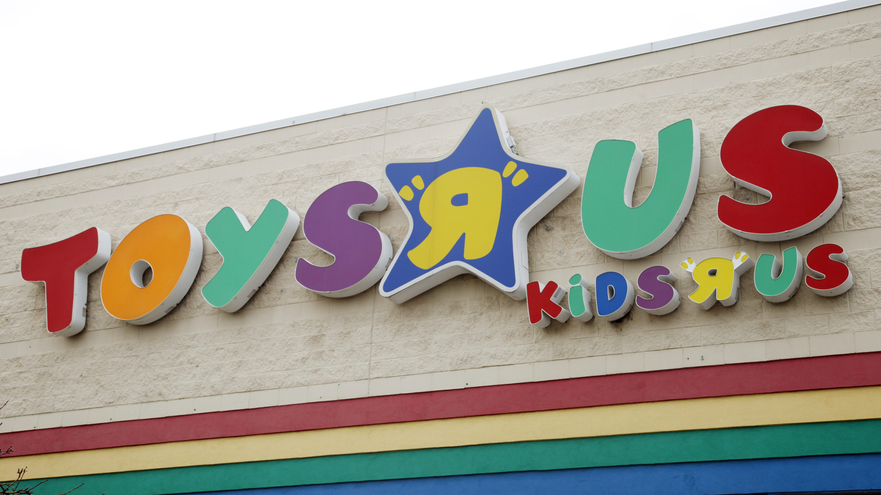 The sign of the Toys R Us  store is seen in a Denver suburb March 15, 2011. Privately held toy retailer Toys R Us has canceled a $1.1 billion loan deal that was intended to refinance its debt and reduce borrowing costs, Bloomberg reported on Monday. REUTERS/Rick Wilking (UNITED STATES - Tags: BUSINESS) - GM1E73G06O201