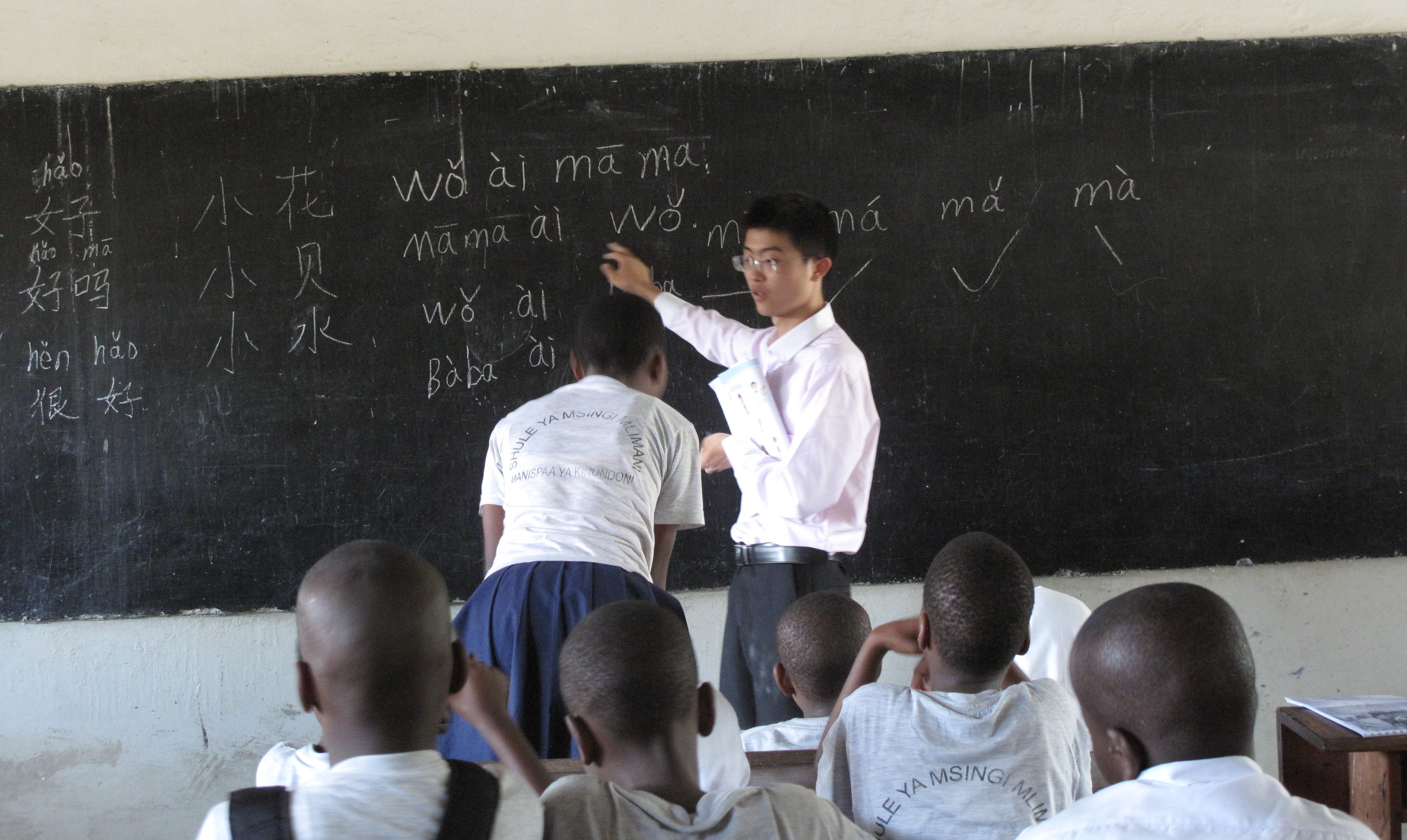 A Chinese graduate gives Tanzanian children their very first Chinese lesson, Dar Es Salaam, Tanzania 4 (1)