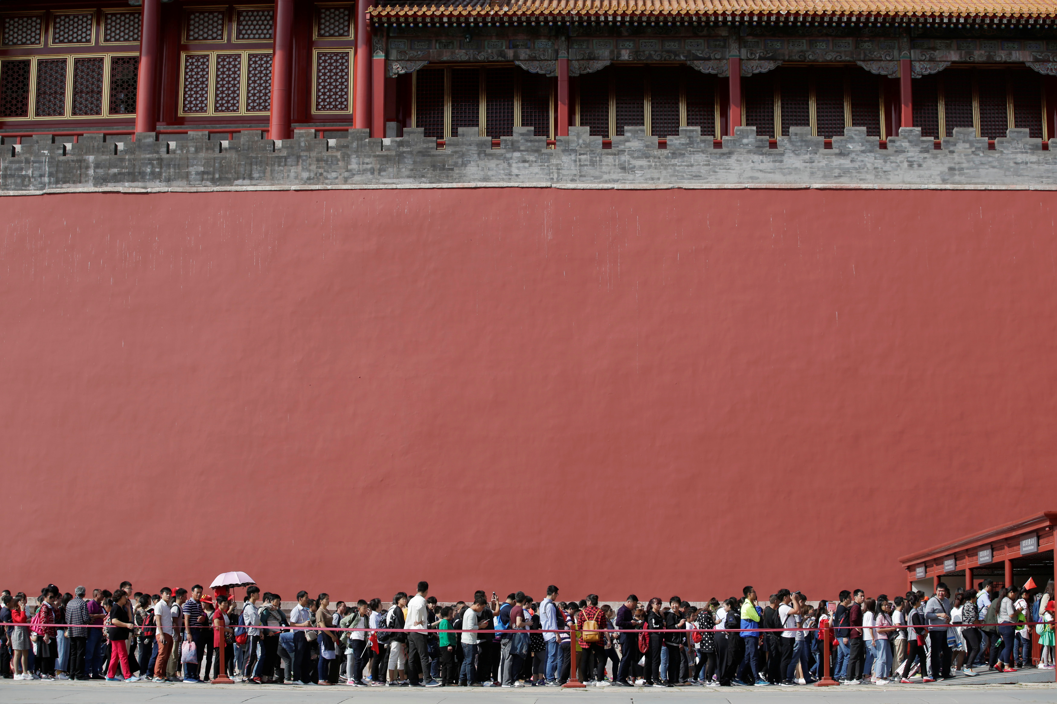 Tourists wait to visit the Forbidden City in central Beijing, China, on China's 68th National Day October 1, 2017. REUTERS/Jason Lee - RC1BE77DF9A0