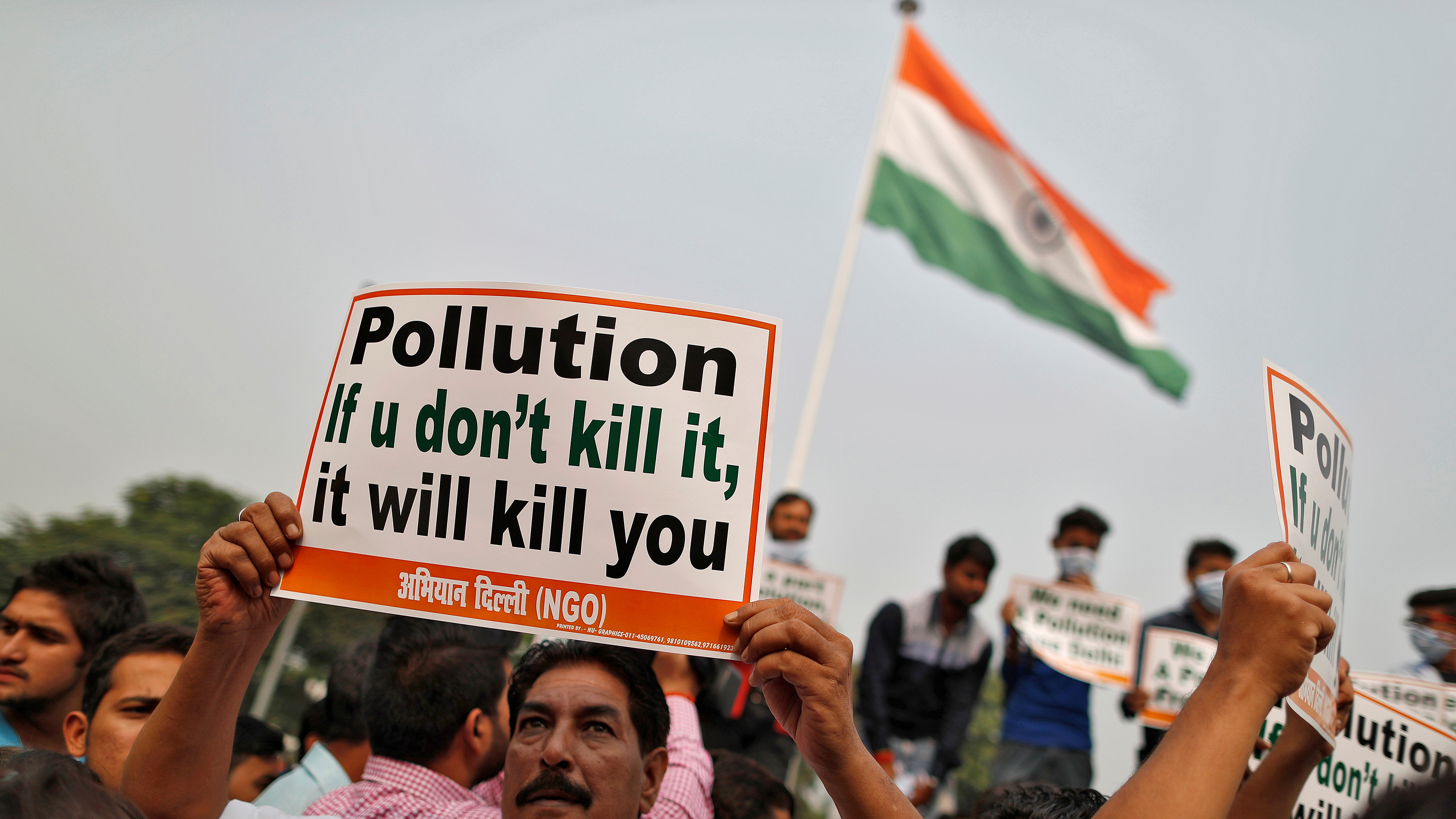 A man holds a poster during a protest against pollution in Delhi, India November 7, 2016. REUTERS/Cathal McNaughton - D1BEULLHZZAA