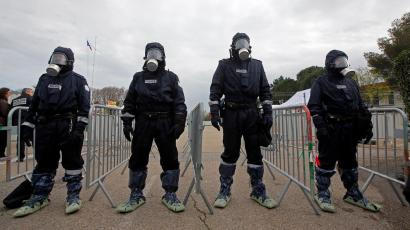 """French Police forces take part in a mock terrorist attack drill at a """"fan zone"""" inside the National Police school in Nimes, France, in preparation of security measures for the UEFA 2016 European Championship, March 17, 2016. REUTERS/Jean-Paul Pelissier - D1AESTBGPKAA"""