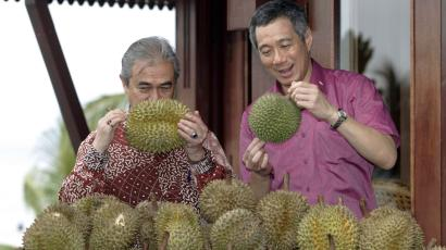 Malaysian Prime Minister Abdullah Ahmad Badawi (L) and his visiting Singaporean counterpart Lee Hsien Loong select durians during a photo call for their durian feast at their retreat in the northern Malaysian island of Langkawi May 15, 2007. REUTERS/Bazuki Muhammad (MALAYSIA) - GM1DVGMNHBAA