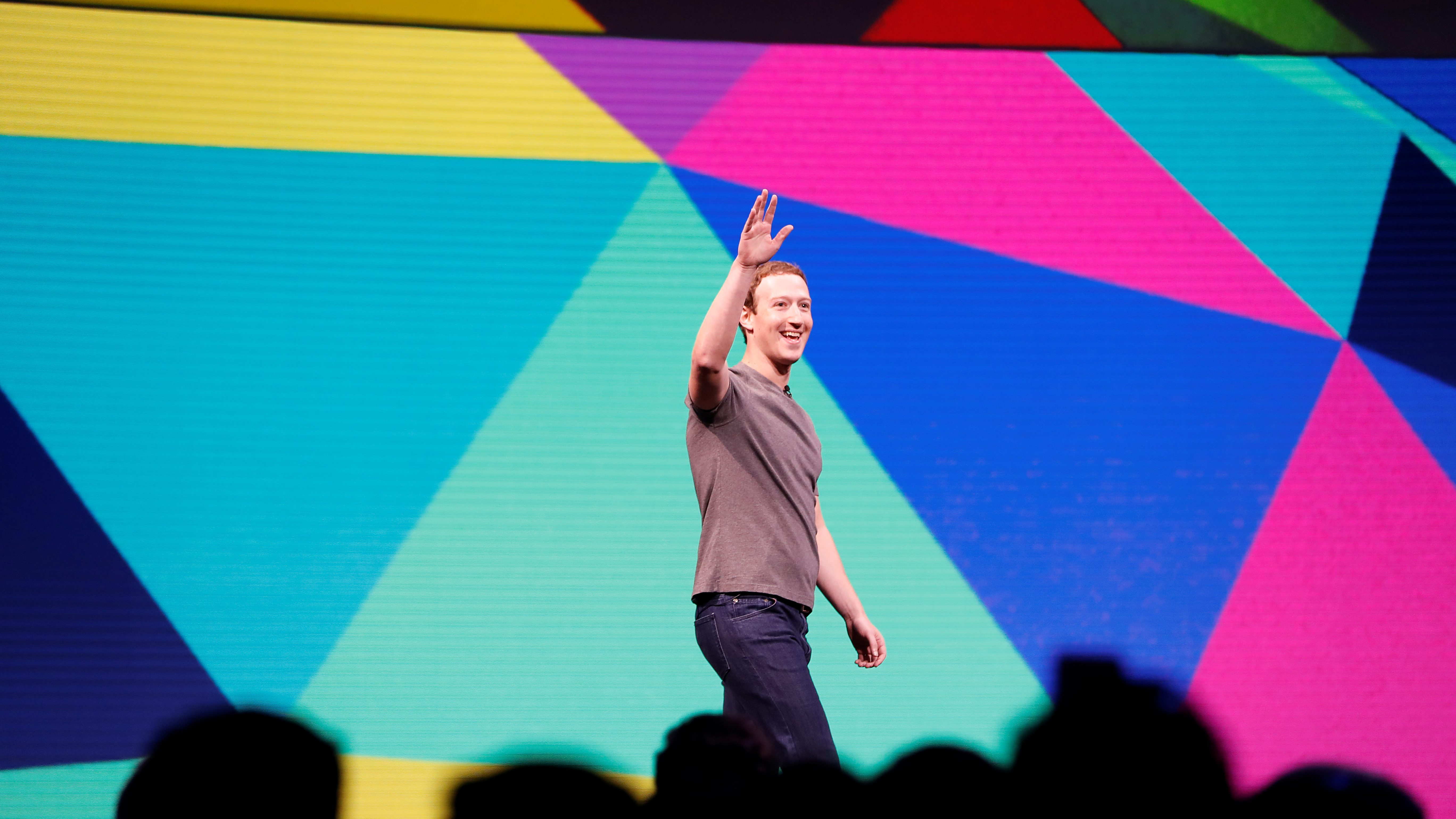 Facebook Founder and CEO Mark Zuckerberg waves as he arrives on stage during the annual Facebook F8 developers conference in San Jose, California, U.S., April 18, 2017. REUTERS/Stephen Lam - RC1DD683D260