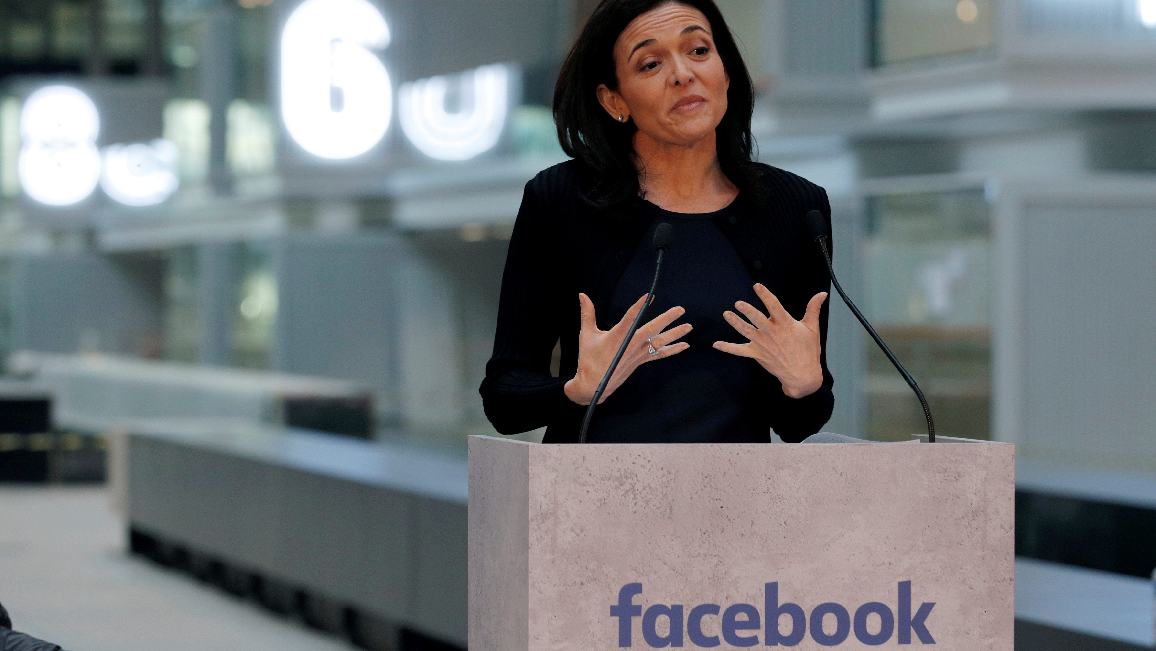 FILE PHOTO - Sheryl Sandberg, Chief Operating Officer of Facebook, delivers a speech during a visit in Paris, France, on January 17, 2017.   REUTERS/Philippe Wojazer/File Photo - RC1305950440