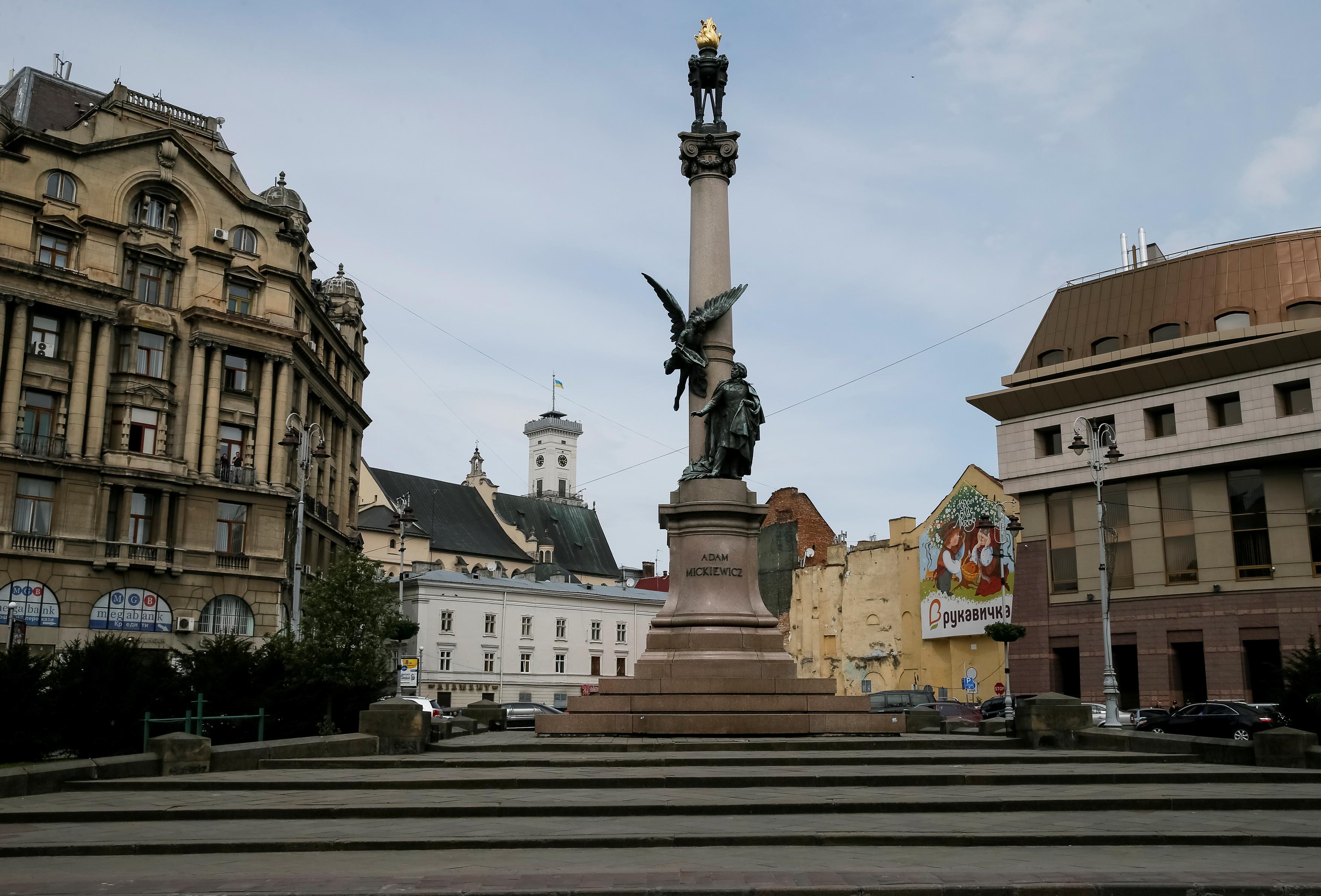 The monument of Polish poet Adam Mickiewicz is seen in central Lviv, Ukraine, April 29, 2016.  REUTERS/Gleb Garanich - D1AETCHLBPAA