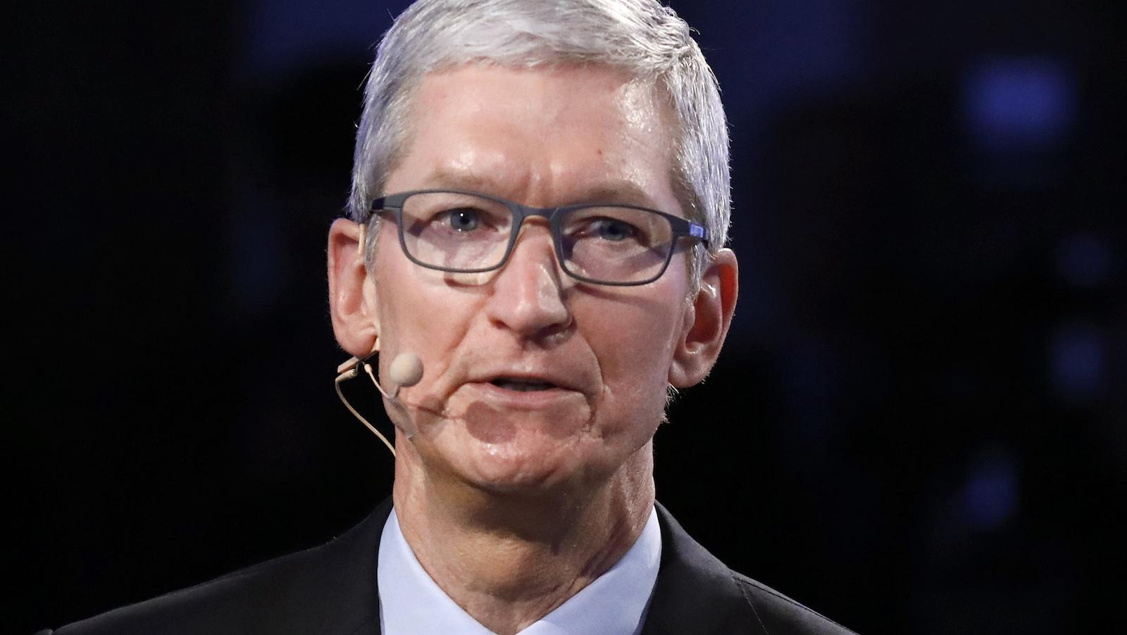 Apple CEO Tim Cook speaks at The Bloomberg Global Business Forum in New York, U.S., September 20, 2017. REUTERS/Brendan Mcdermid - HP1ED9K13PVYQ