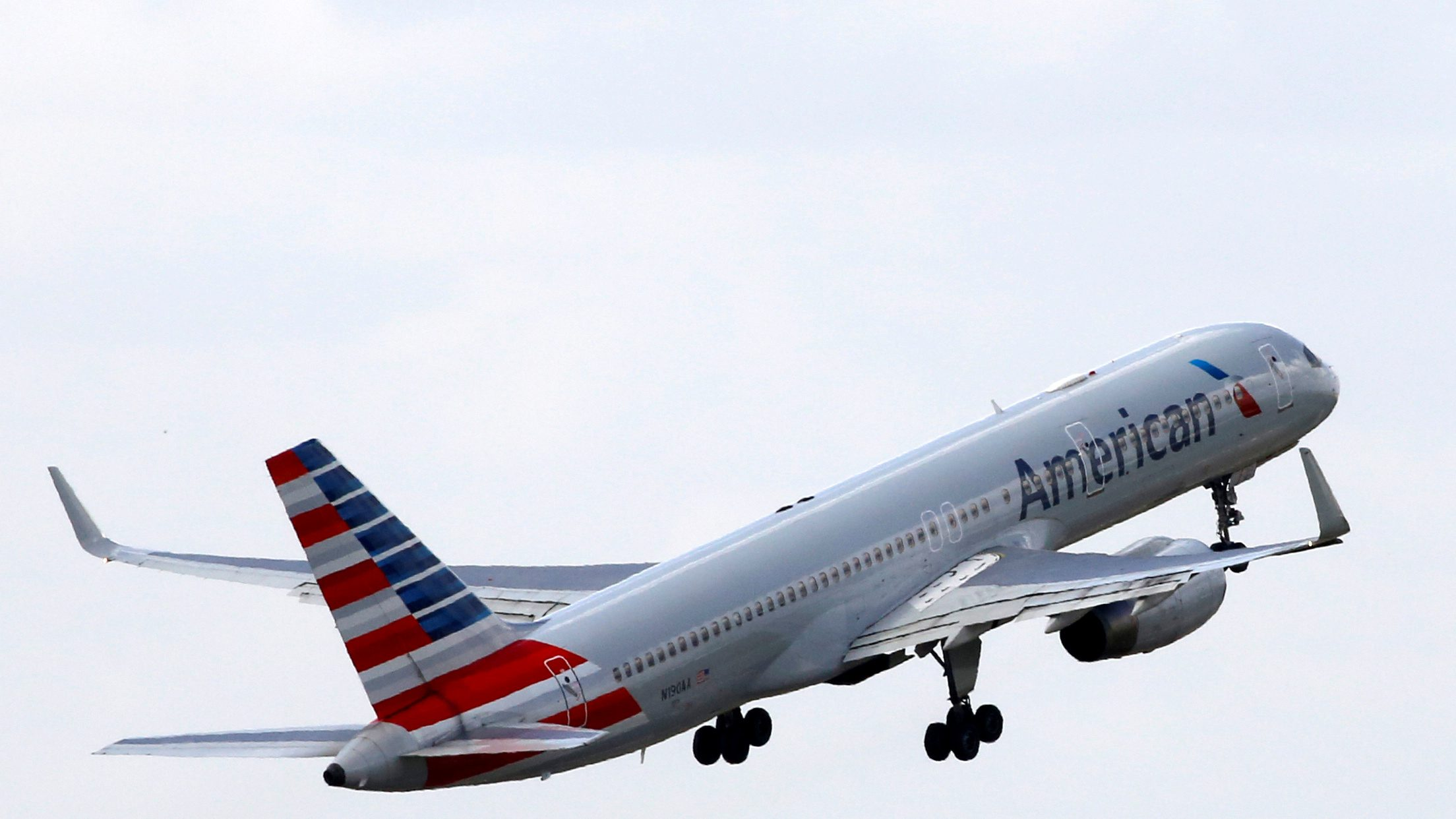 FILE PHOTO -  An American Airlines Boeing 757 aircraft takes off at the Charles de Gaulle airport in Roissy