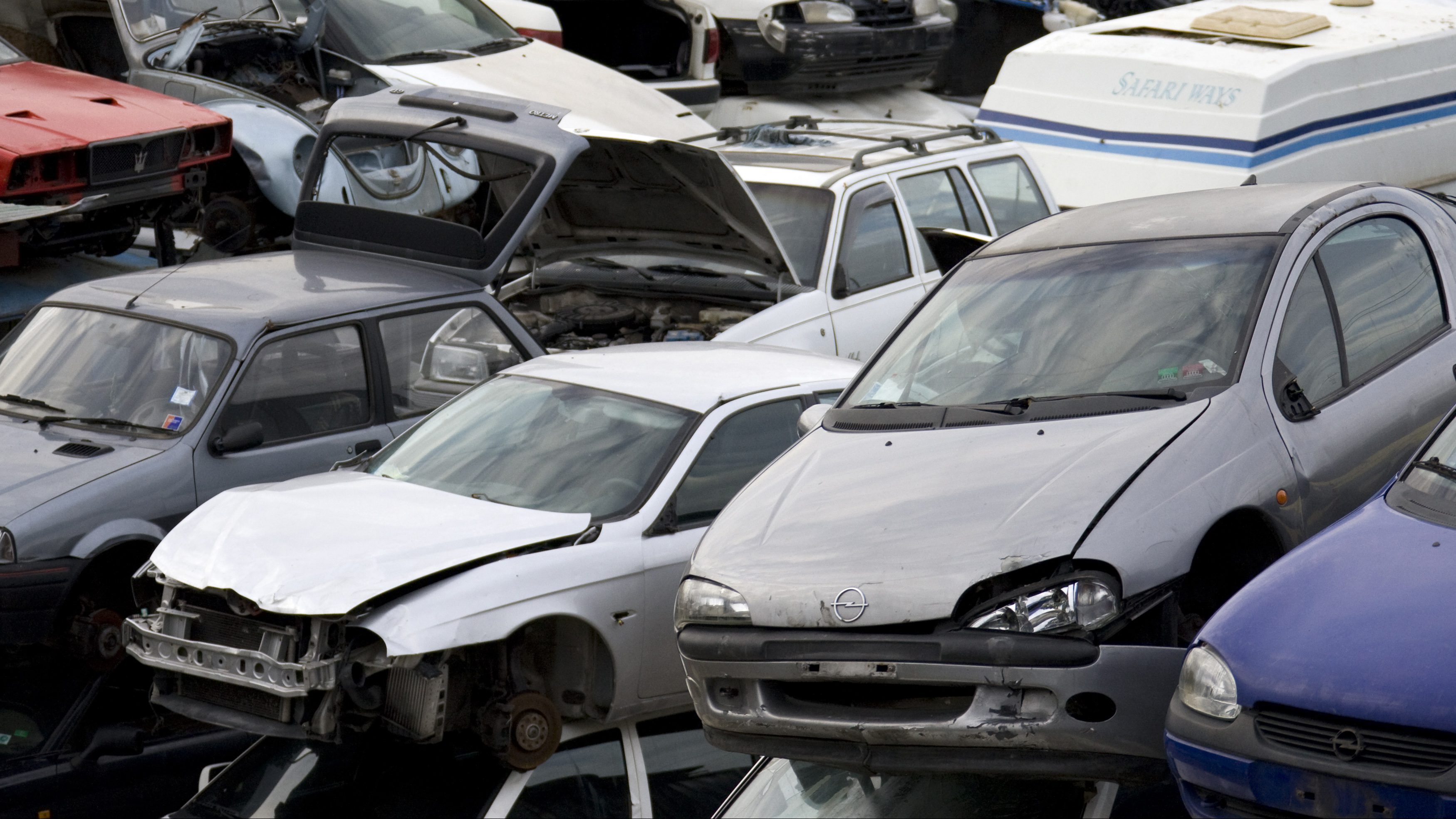 Stacks of wrecked cars are seen in a scrapyard in Rome November 17, 2008.    REUTERS/Chris Helgren        (ITALY) - GM1E4BI02FM01