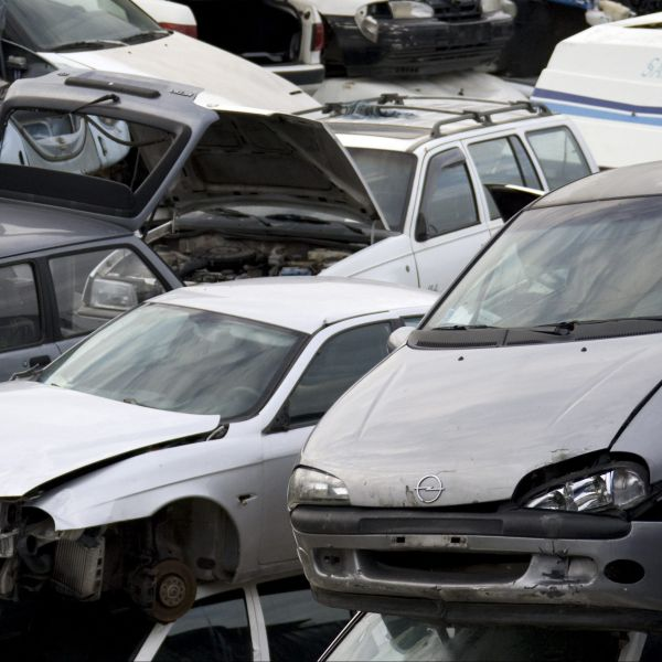 Stacks of wrecked cars are seen in a scrapyard in Rome November 17, 2008.    REUTERS/Chris Helgren        (ITALY) - GM1E4BI02FM01