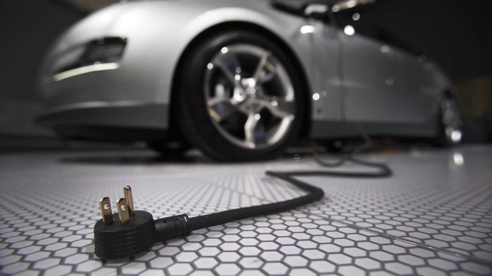 A plug is seen coming from the Chevrolet Volt electric car during the North American International Auto Show in Detroit, Michigan January 13, 2009. REUTERS/Mark Blinch (UNITED STATES)