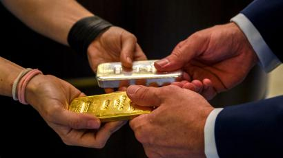 Gold bars passing hands at the Rothschild Collection