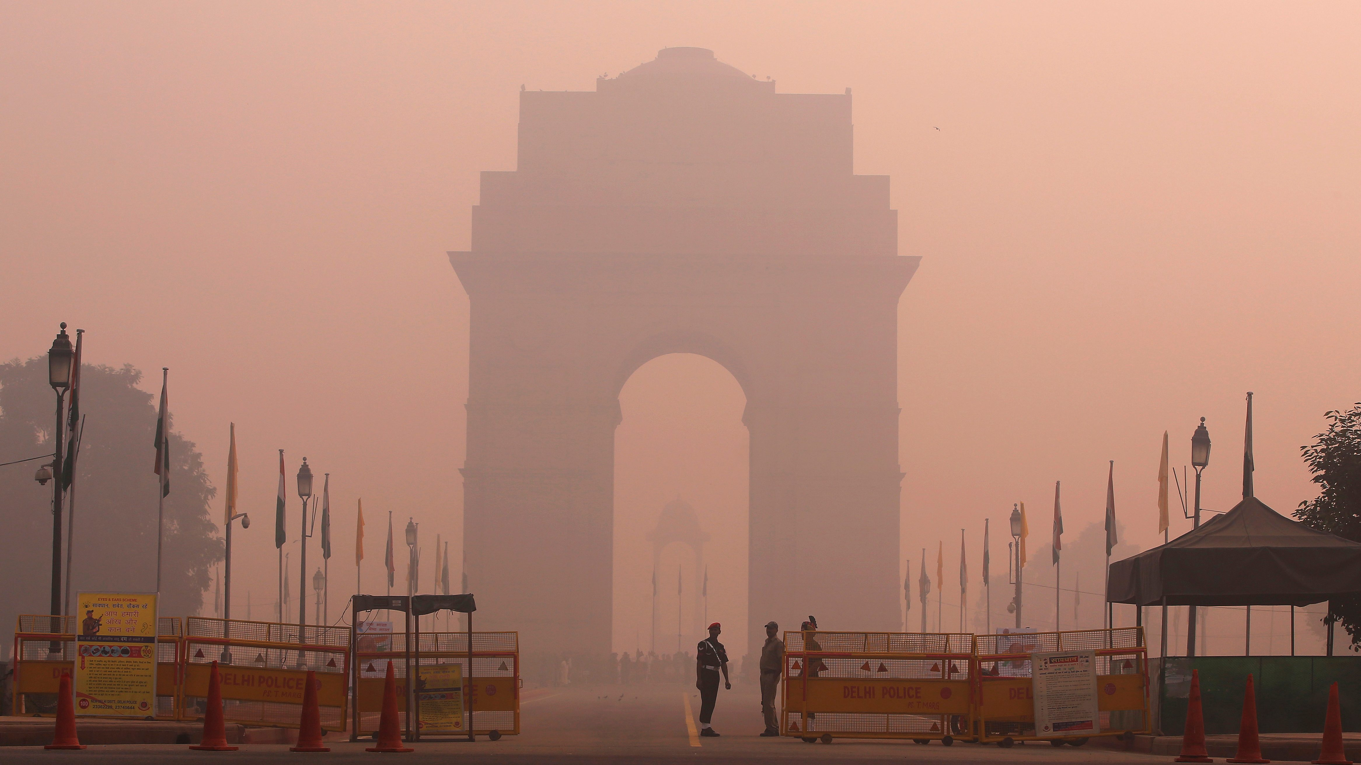 Security personnel stand guard in front of the India Gate amidst the heavy smog in New Delhi, India, October 31, 2016.