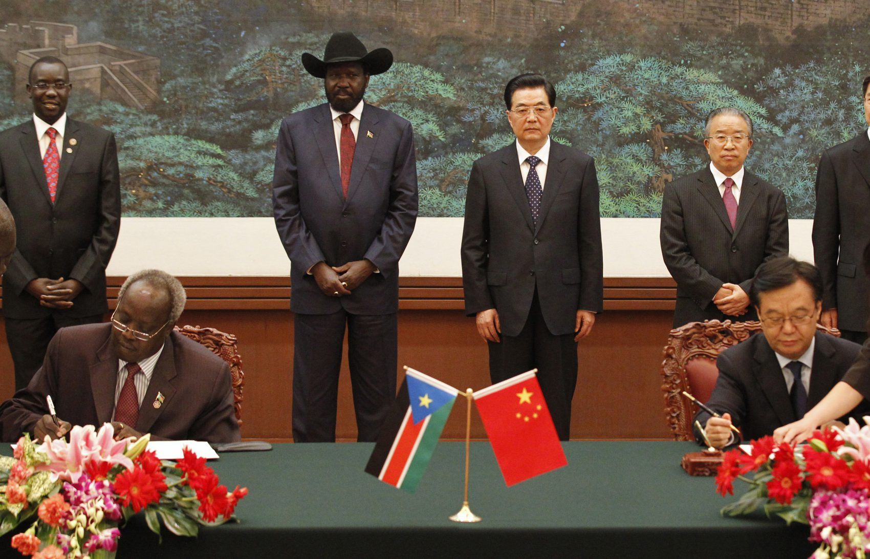 South Sudan President Salva Kiir Mayardit (centre L) and his Chinese counterpart Hu Jintao (centre R) attend a signing ceremony at the Great Hall of the People in Beijing April 24, 2012. Hu told Kiir on Tuesday that he hoped for calm and restraint between the two Sudans, state television reported. Kiir's visit to Beijing comes days after he ordered troops to withdraw from the oil-rich Heglig region after seizing it from Sudan, a move that brought the two countries to the brink of all-out war.