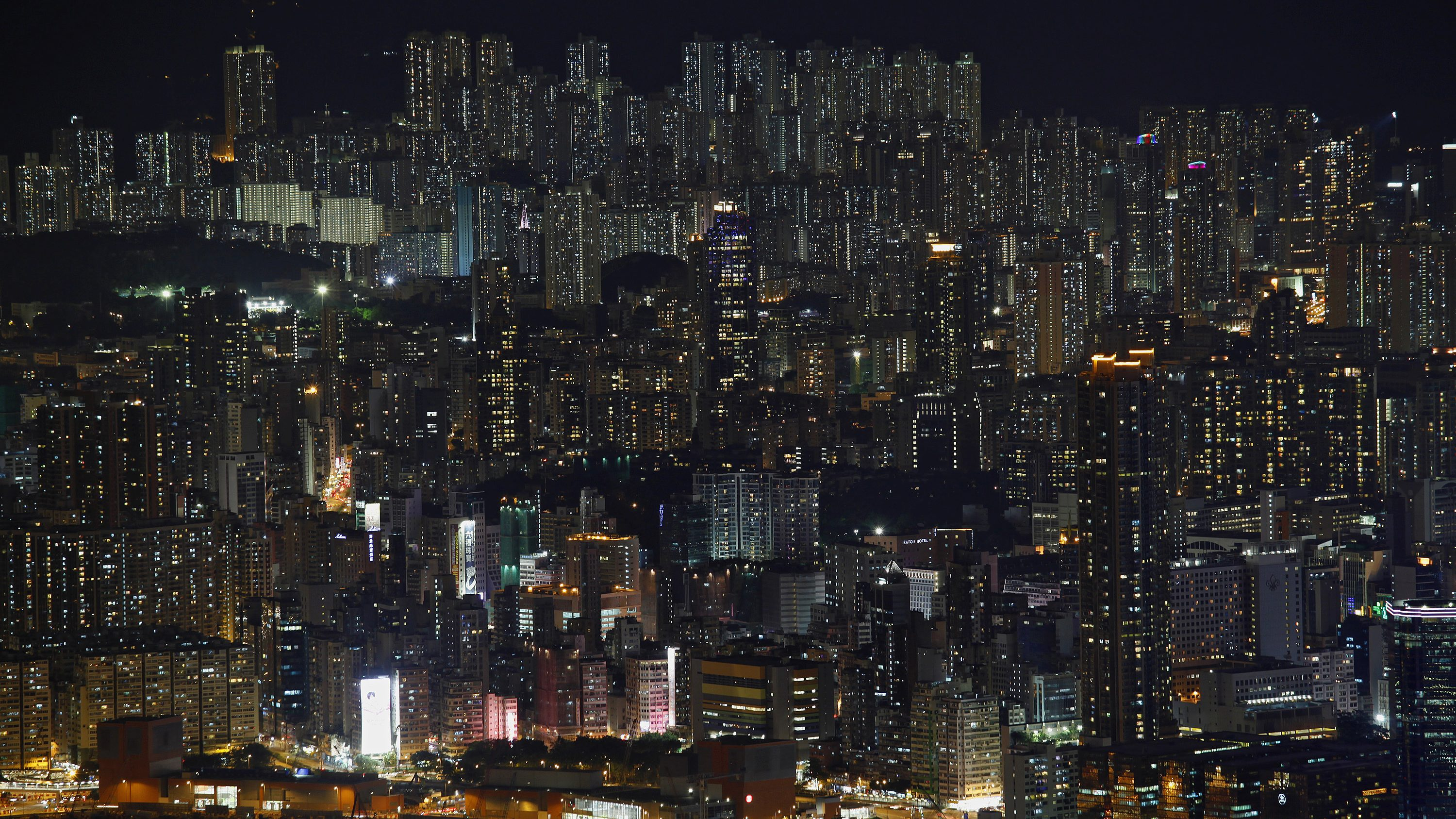 Buildings are seen on a hillside in Hong Kong June 19, 2012.  Hong Kong's main shopping district is gaining on New York's 5th Avenue for the title of world's most expensive retail zone as rents rise by 35 percent a year, pushing chains such as H&M out to the cheaper suburbs. Space has always been at a premium in Hong Kong, an island-city, like Manhattan, where developers plant high-rises on every available inch. Retail rents in prime shopping areas are rising more rapidly here than in New York, London or Paris. REUTERS/Bobby Yip (CHINA - Tags: CITYSPACE ENVIRONMENT REAL ESTATE BUSINESS) - GM1E87P0SKP01