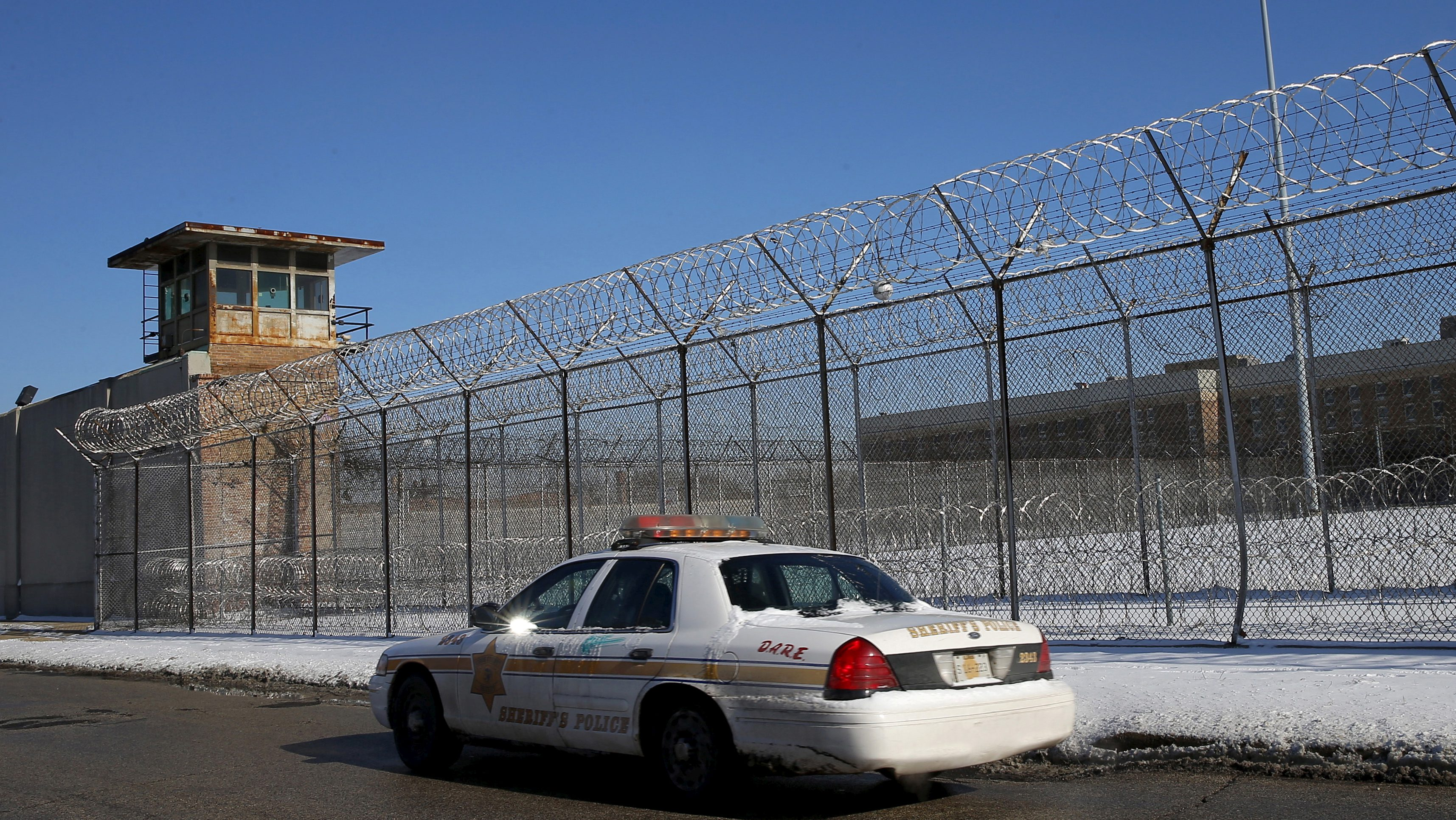 FILE PHOTO: A Cook County Sheriff's police car patrols the exterior of the Cook County Jail in Chicago, Illinois, U.S. on January 12, 2016.   REUTERS/Jim Young/File Photo - RC1898EDB970