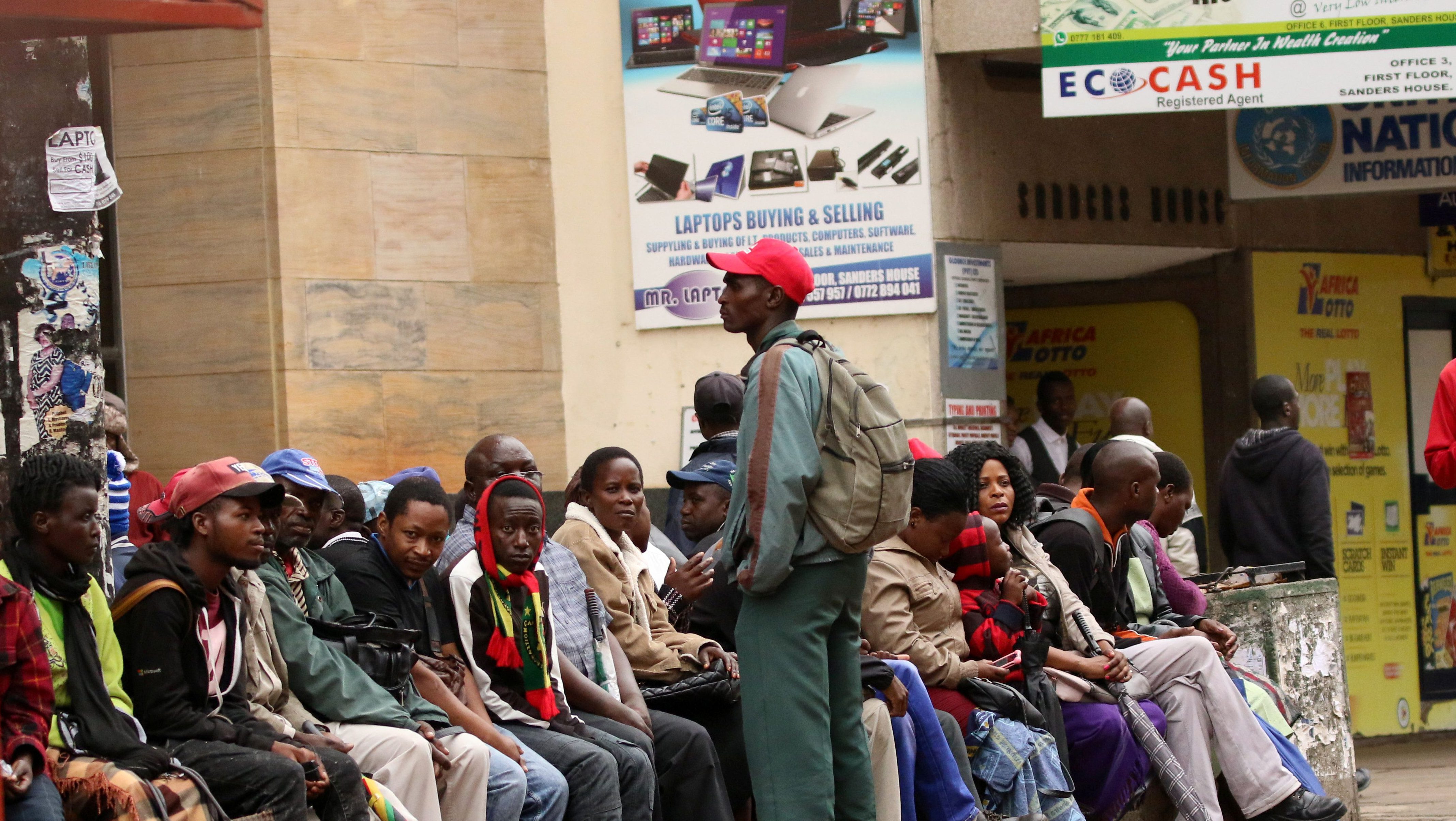 People queue to draw money outside a bank in Harare, Zimbabwe, November 15,2017. REUTERS/Philimon Bulawayo - RC1E11B3A120