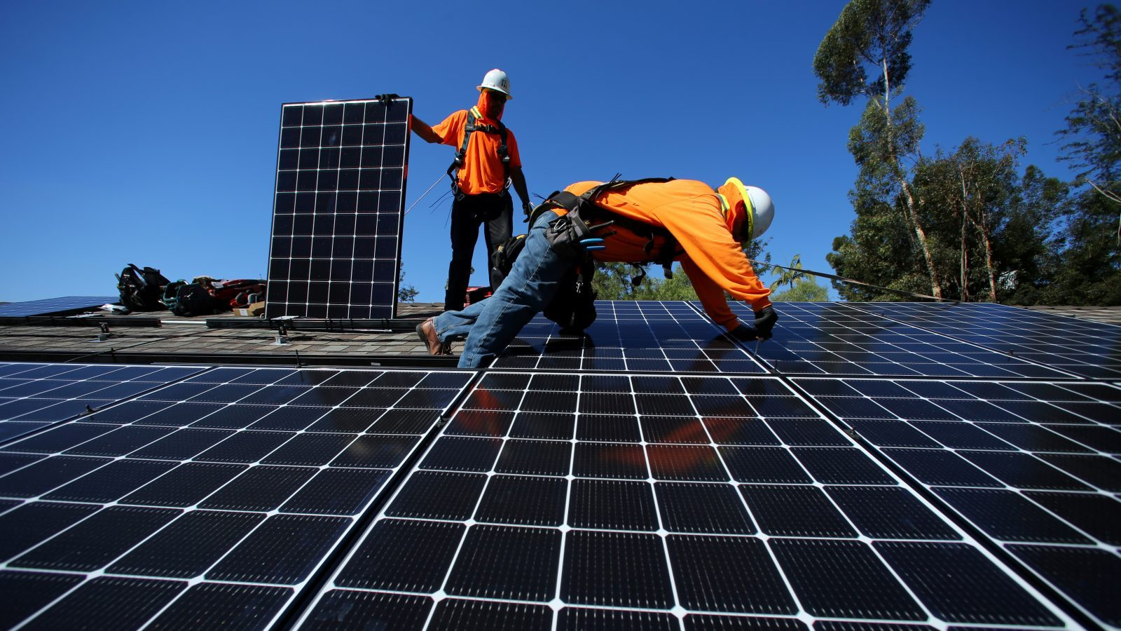 Solar installers from Baker Electric place solar panels on the roof of a residential home in Scripps Ranch, San Diego, California, U.S. October 14, 2016.  Picture taken October 14, 2016.      REUTERS/Mike Blake - S1AEUJDNLUAA