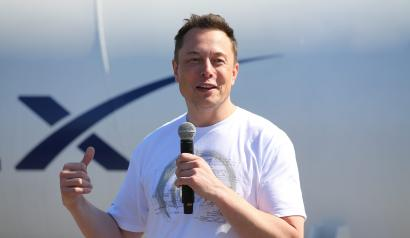 Elon Musk, founder, CEO and lead designer at SpaceX and co-founder of Tesla, speaks at the SpaceX Hyperloop Pod Competition II in Hawthorne, California, U.S., August 27, 2017. REUTERS/Mike Blake - RC1290F65C60