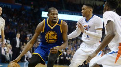 Basketball players Kevin Durant and Russel Westbrook playing against each other.
