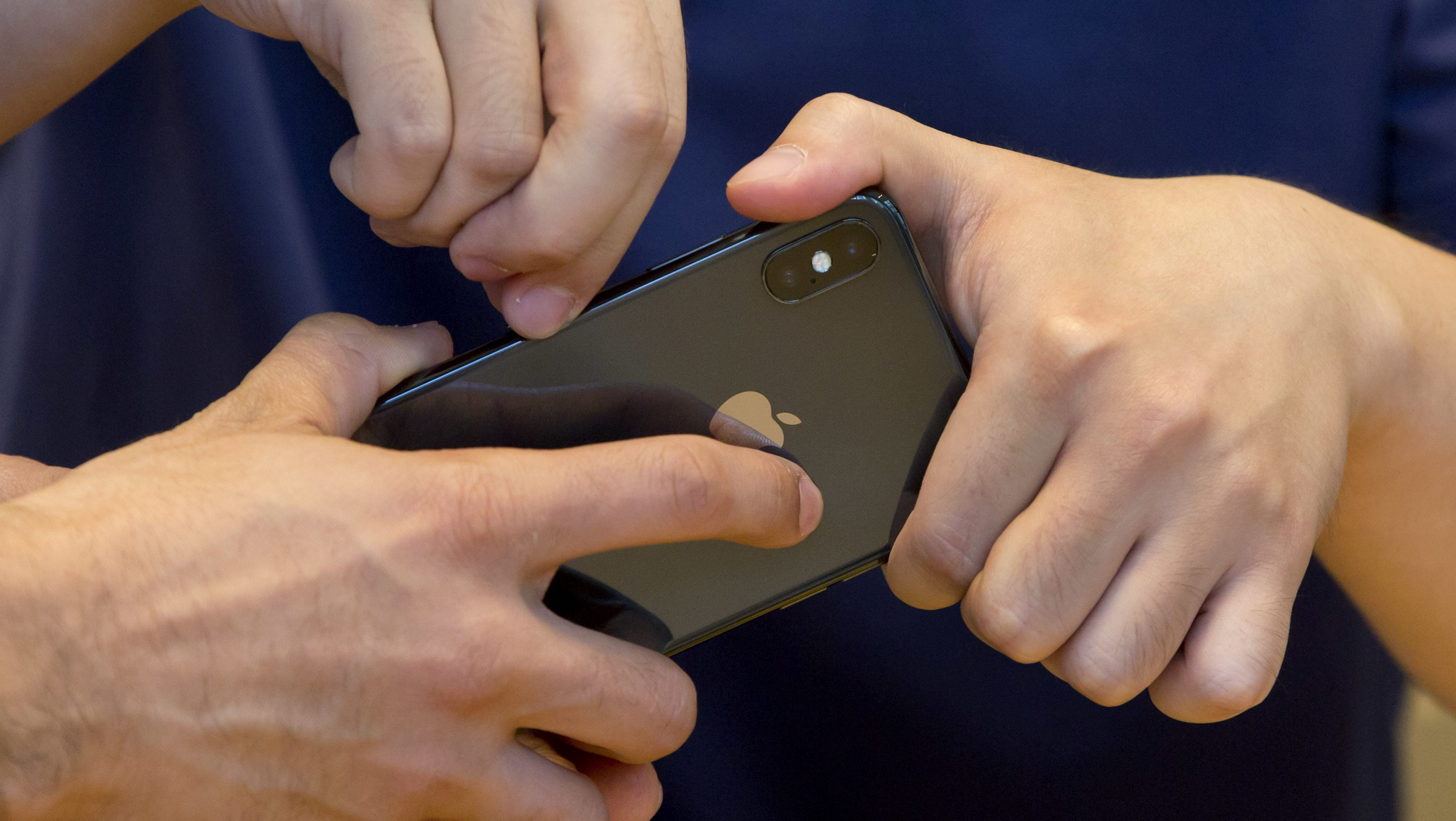 Due to cell phone radiation, California recommends texting instead