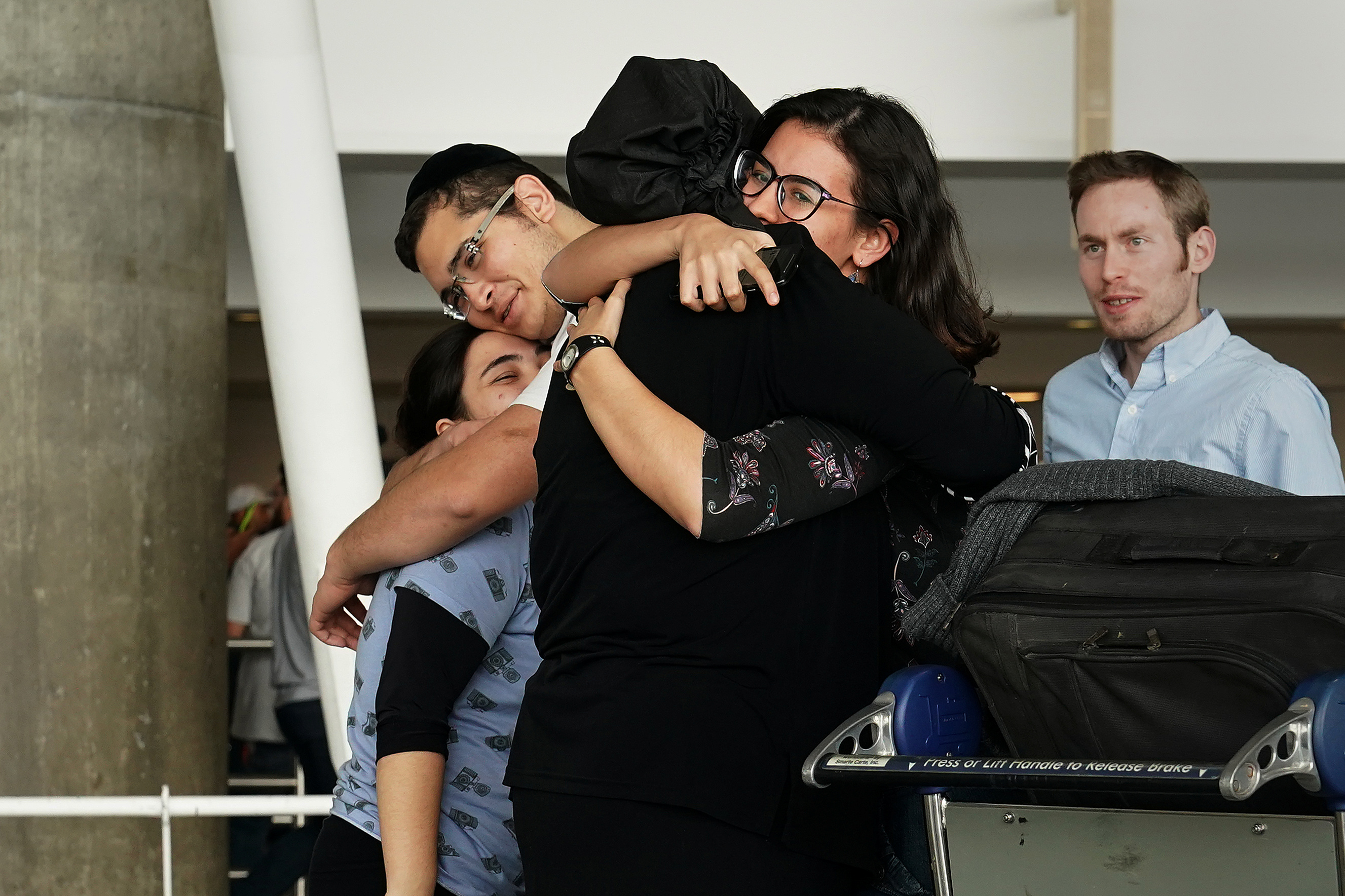 People hug after arriving in advance of the incoming travel ban to the U.S. at John F. Kennedy airport in the Queens borough of New York City, New York, U.S. June 29, 2017.   REUTERS/Carlo Allegri     TPX IMAGES OF THE DAY - RC1146F1FDC0