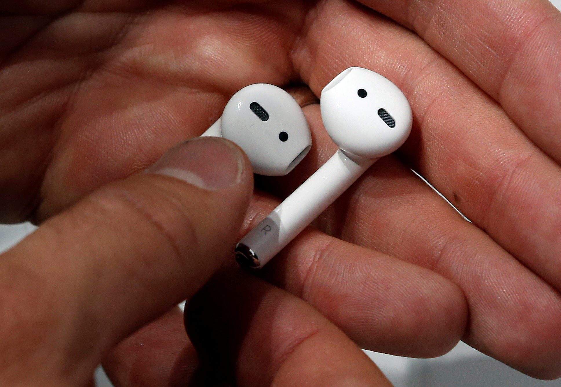 Apple AirPods are displayed during a media event in San Francisco, California, U.S. September 7, 2016.  REUTERS/Beck Diefenbach/File Photo - S1AEUJHRVQAB