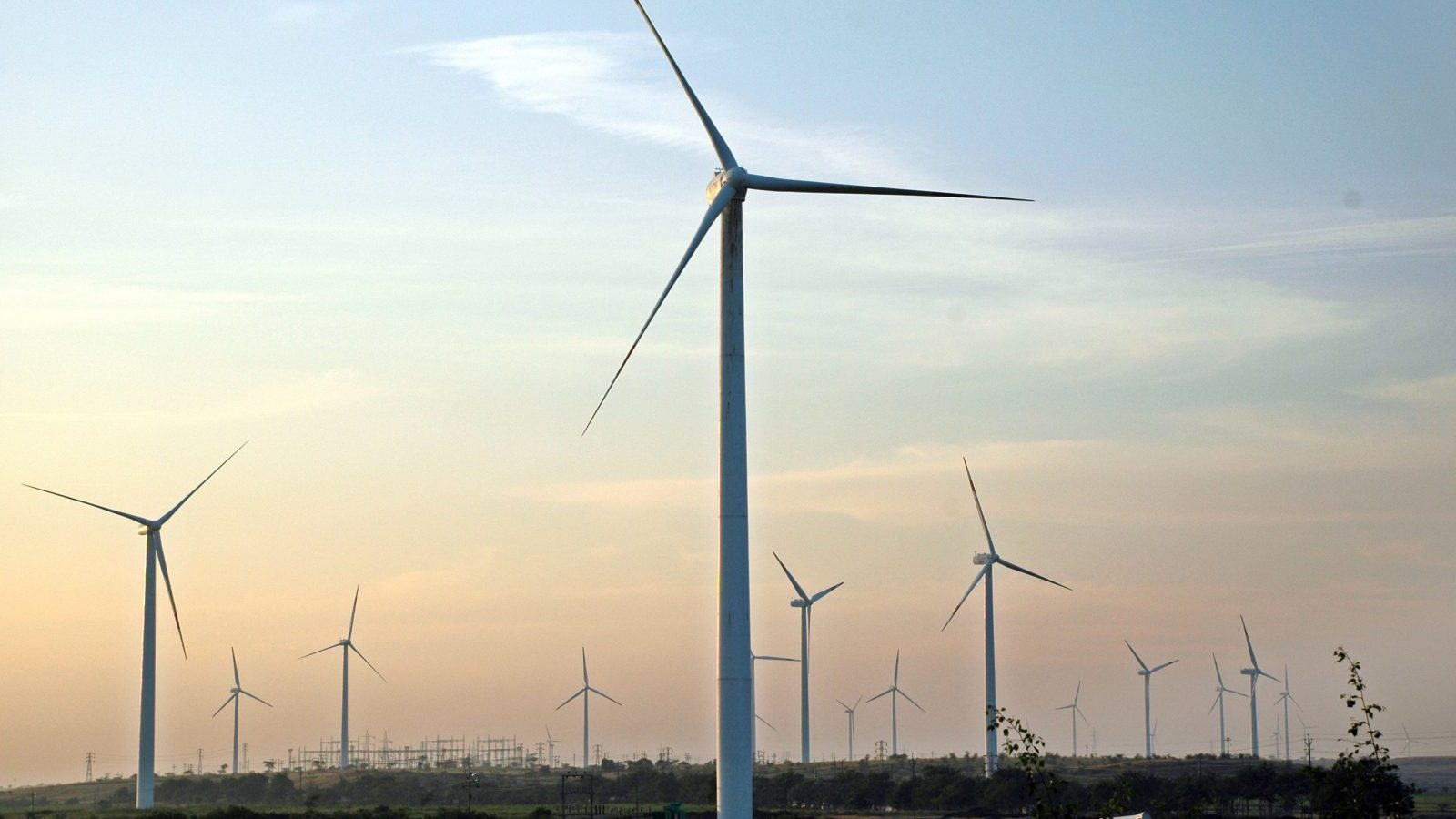 Wind turbines turn in the breeze at Nagaj village in Sangli district in the western Indian state of Maharashtra December 5, 2009. REUTERS/Uday Deolekar (INDIA - Tags: ENERGY) - GM1E5CE16EB01