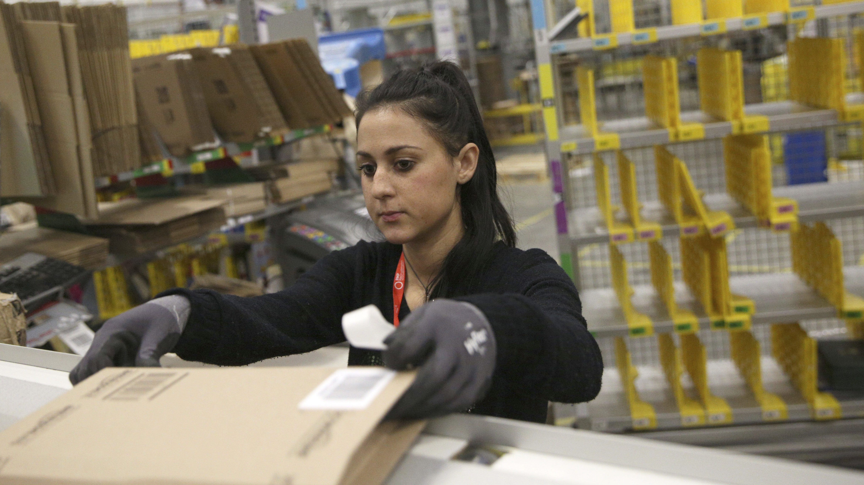 A worker collects customer orders during Black Friday deals week at an Amazon fulfilment centre in Hemel Hempstead, Britain November 25, 2015.  REUTERS/Neil Hall - LR1EBBP1C8DTT