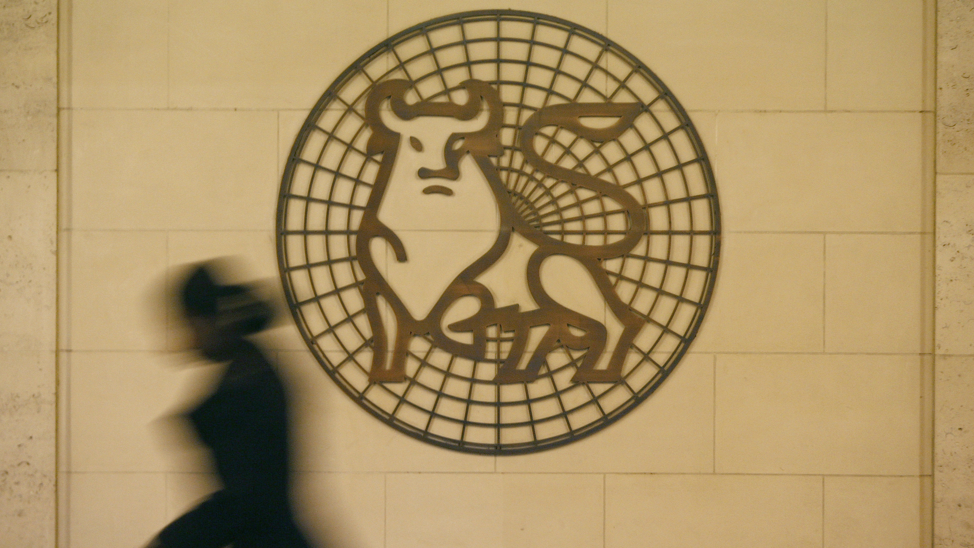 "A woman walks past the Merrill Lynch logo outside their offices in the City of London March 6, 2009. Merrill Lynch discovered a trading ""irregularity"" during a recent investigation of the troubled investment bank's London trading positions, the company said on Friday. The trading issue, which Merrill did not quantify, was the latest black eye for the bank, which agreed to be acquired by Bank of America Corp last Sept. 15, the same morning that Lehman Brothers Holdings Inc went bankrupt."