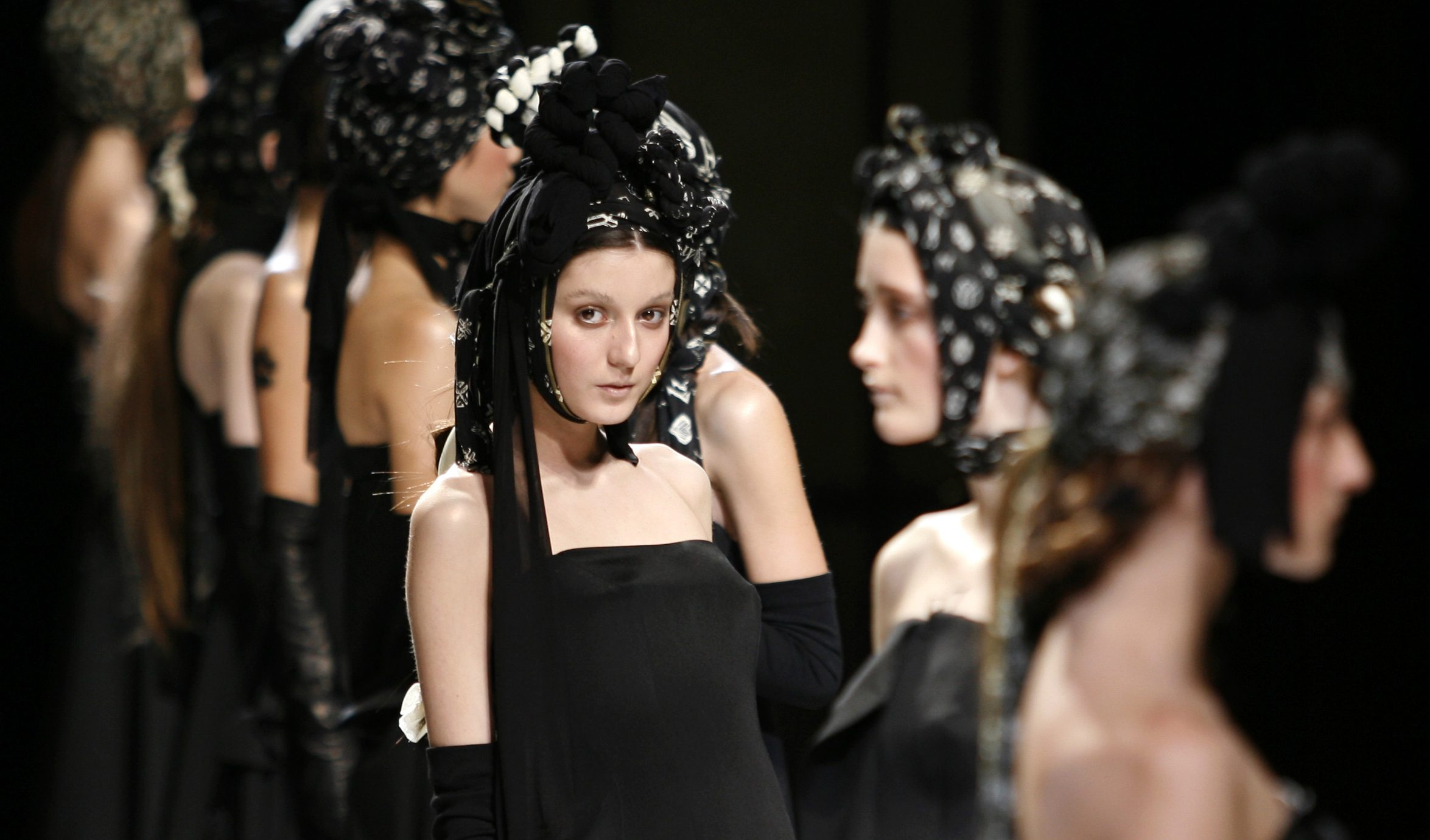Models present creations by Japanese designer Yohji Yamamoto as part of the Autumn/Winter 2007/08 ready-to-wear fashion collection in Paris February 26, 2007. REUTERS/Pascal Rossignol (FRANCE) - GM1DURVTQYAA