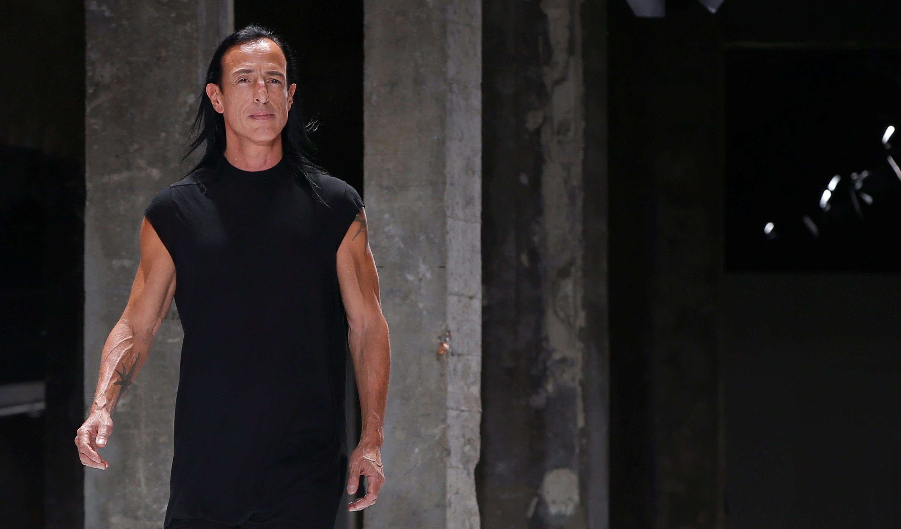U.S. designer Rick Owens appears at the end of his Spring/Summer 2017 women's ready-to-wear collection during Fashion Week in Paris, France September 29, 2016. REUTERS/Gonzalo Fuentes - D1BEUEDAEEAB