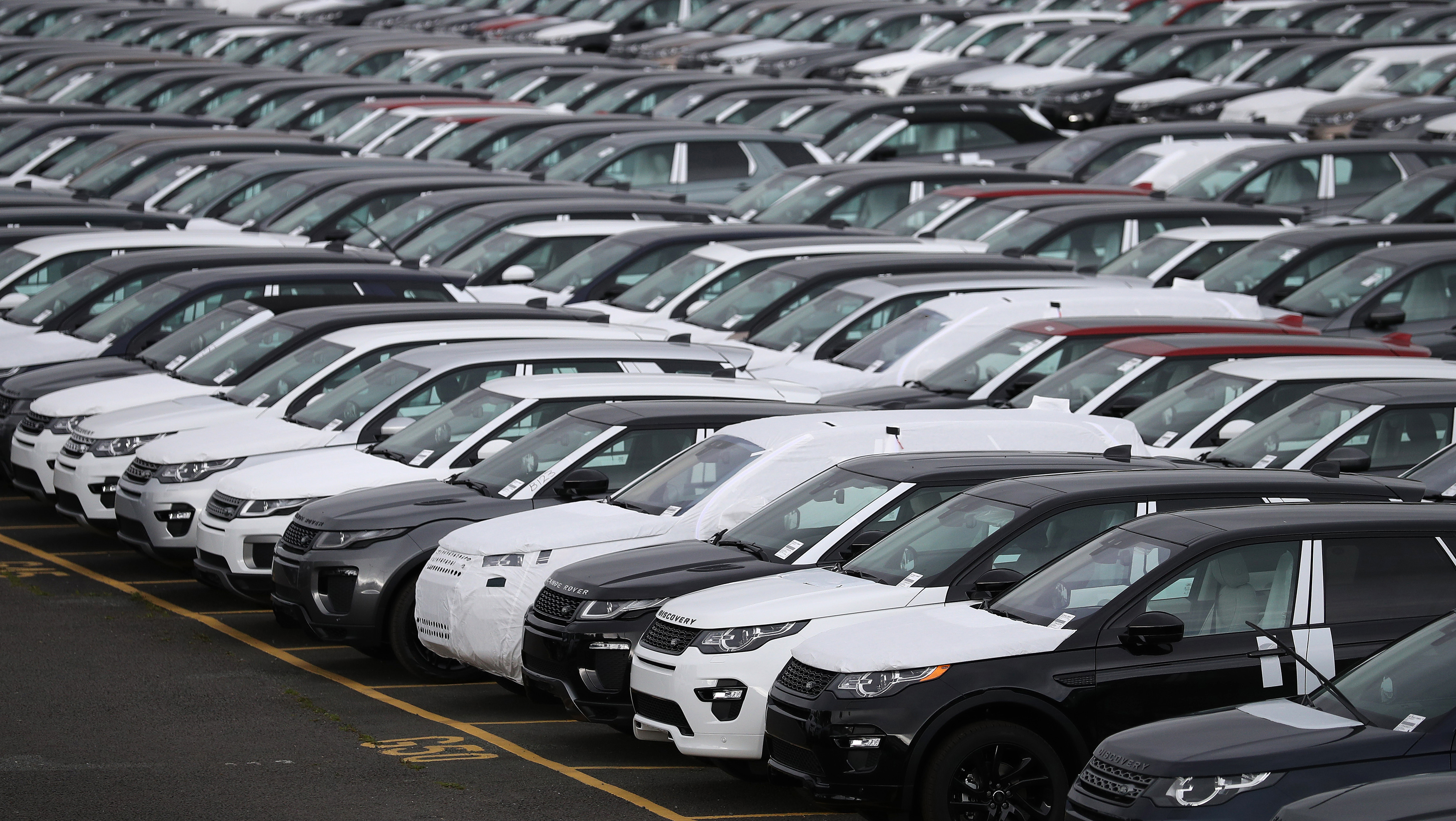 New Land Rover cars are seen in a parking lot at the Jaguar Land Rover plant at Halewood in Liverpool, northern England, September 12 , 2016. REUTERS/Phil Noble/File Photo - LR1ECA50NQBZZ