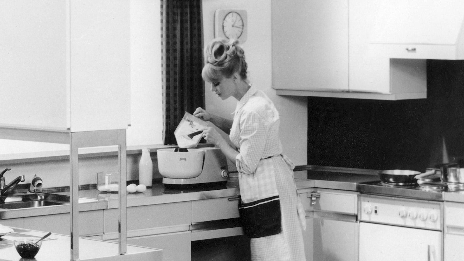 Frau in einer Einbaukche von Poggenpohl  1966  AP Frei-fr-Deutschland-™sterreich-Osteuropa. Gesperrt-fr-politische-Werbung!