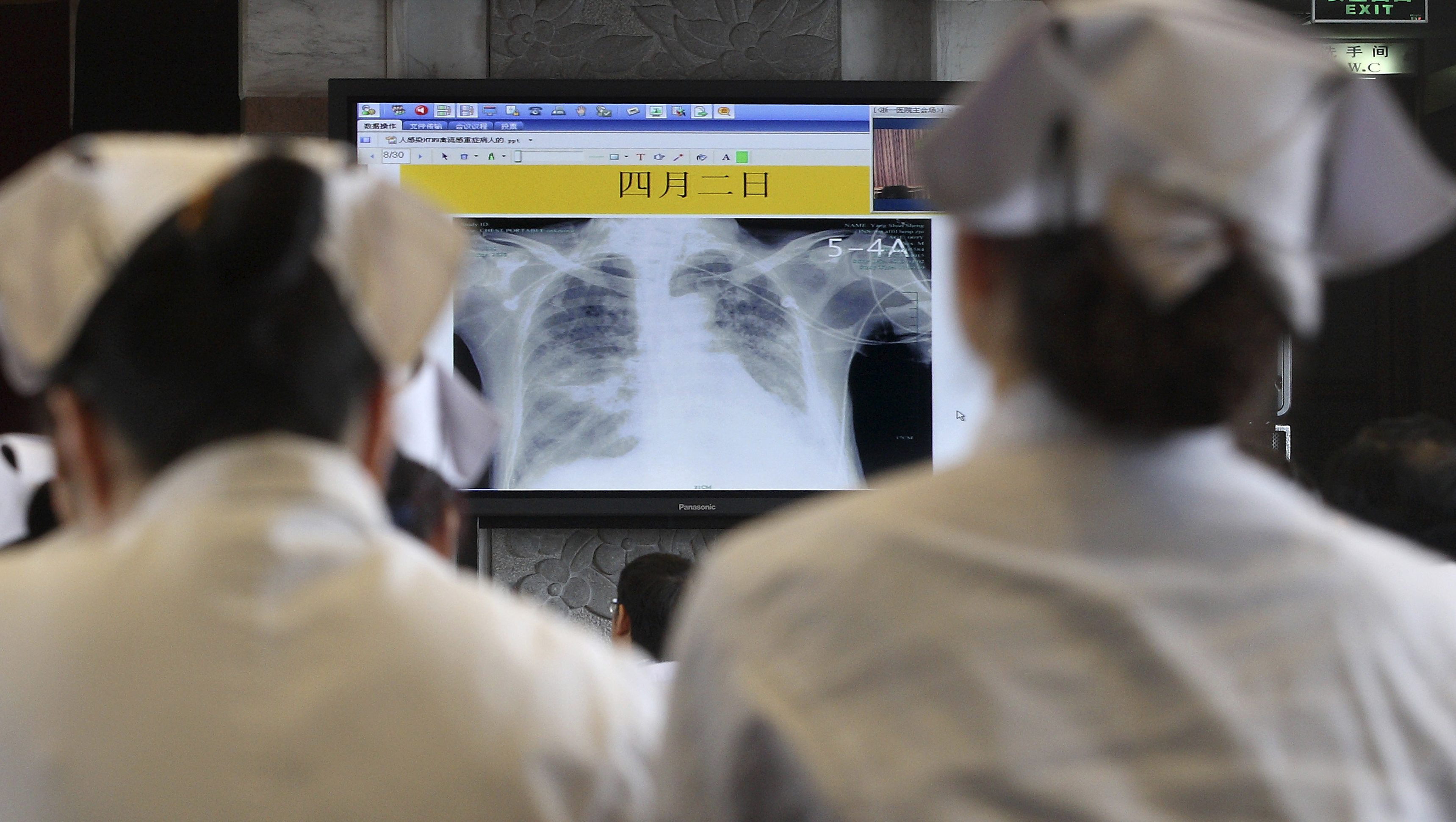 Doctors and nurses attend a training course for treatment of H7N9 virus at a hospital, where a H7N9 patient is being treated, in Hangzhou, Zhejiang province, April 5, 2013. The new strain of bird flu has infected 16 people in China, all in the east of the country. Six people have died, and the outbreak has spread concern overseas and sparked a sell-off in airline shares in Europe and Hong Kong. Picture taken April 5, 2013. REUTERS/Chance Chan