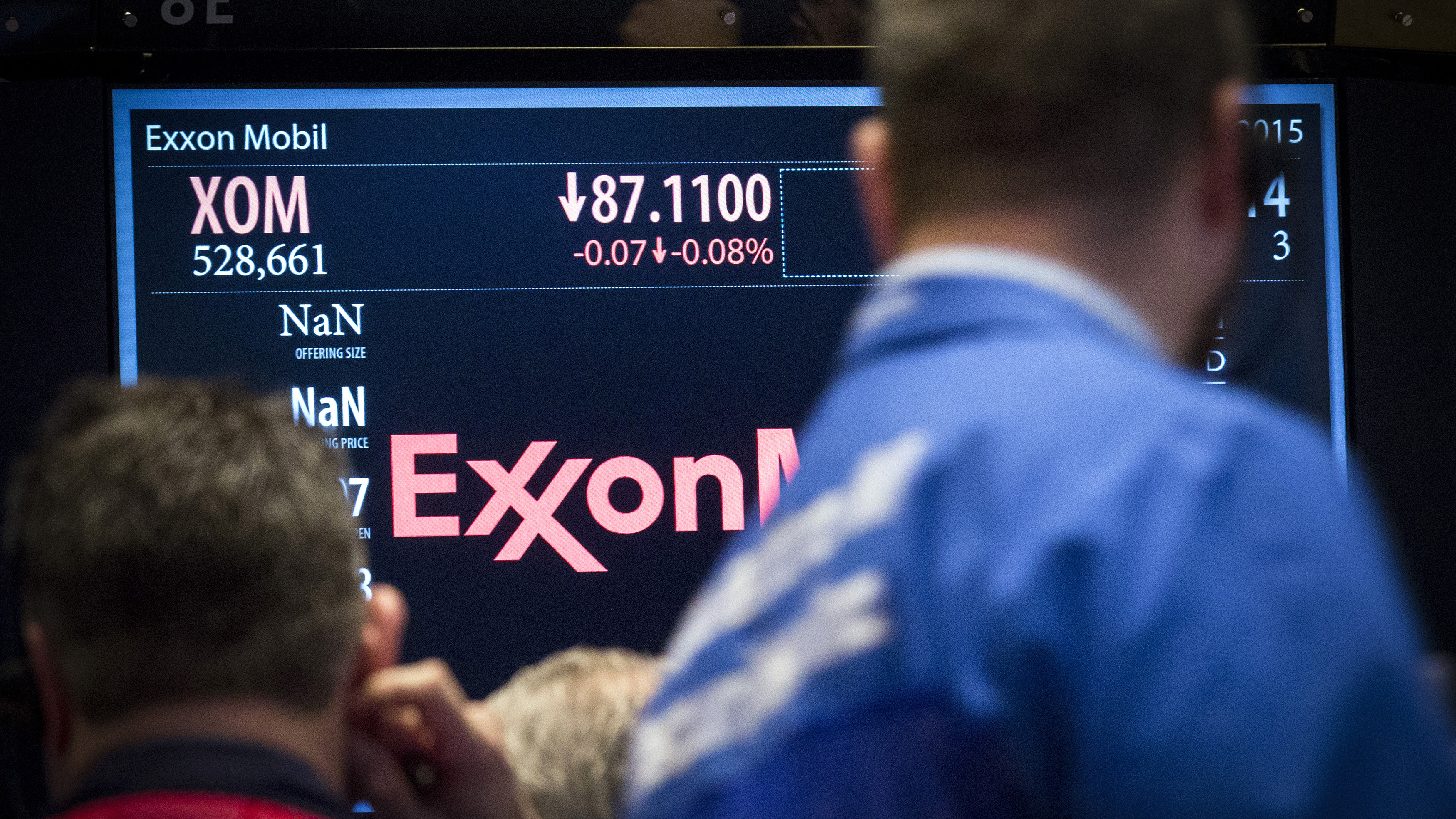 Traders gather at the post that trades ExxonMobil on the floor of the New York Stock Exchange March 5, 2015. REUTERS/Brendan McDermid (UNITED STATES - Tags: BUSINESS) - GM1EB3601GS01