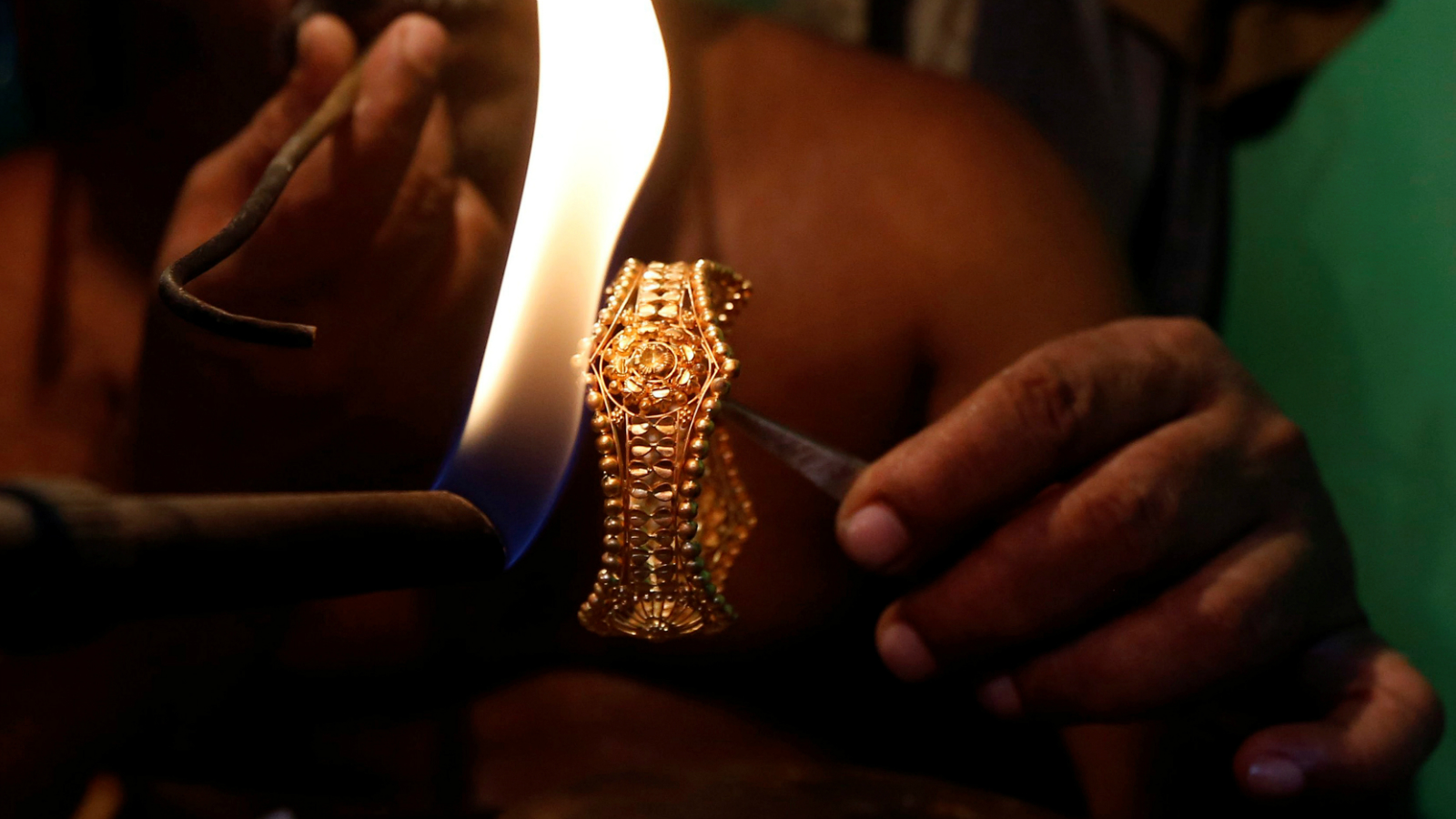 A goldsmith works on a gold bangle at a workshop in Kolkata, India, May 18, 2017. Picture taken May 18, 2017. REUTERS/Rupak De Chowdhuri - RC1CB9896BD0