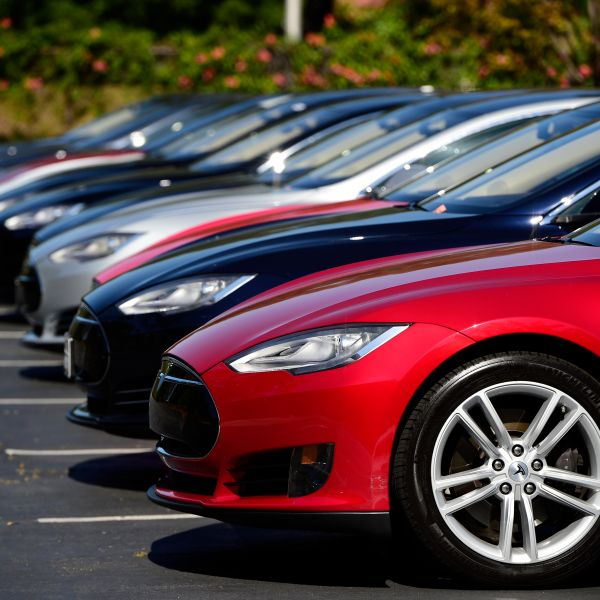 epa04727762 A row of Tesla Motors Model S cars are seen at a parking lot of the Tesla Motors Headquarters in Palo Alto, California, USA, 30 April 2015.  EPA/JOHN G. MABANGLO