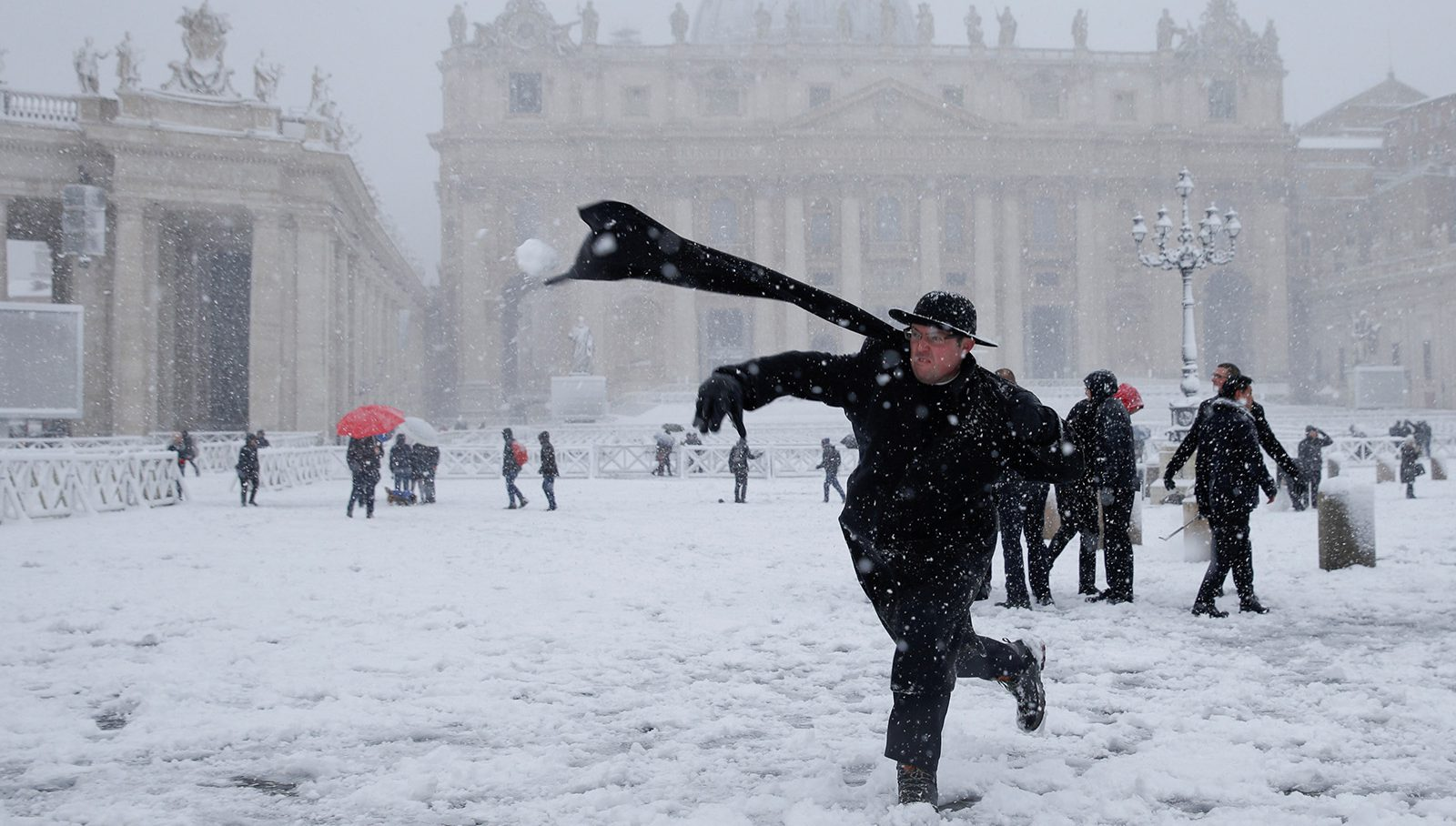 Snow Falls in Rome, and the Eternal City Takes a Holiday