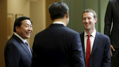 Chinese President Xi Jinping (C) talks with Facebook Chief Executive Mark Zuckerberg (R) as China's top Internet regulator Lu Wei (L) looks on, during a gathering of CEOs and other executives at Microsoft's main campus in Redmond, Washington September 23, 2015.