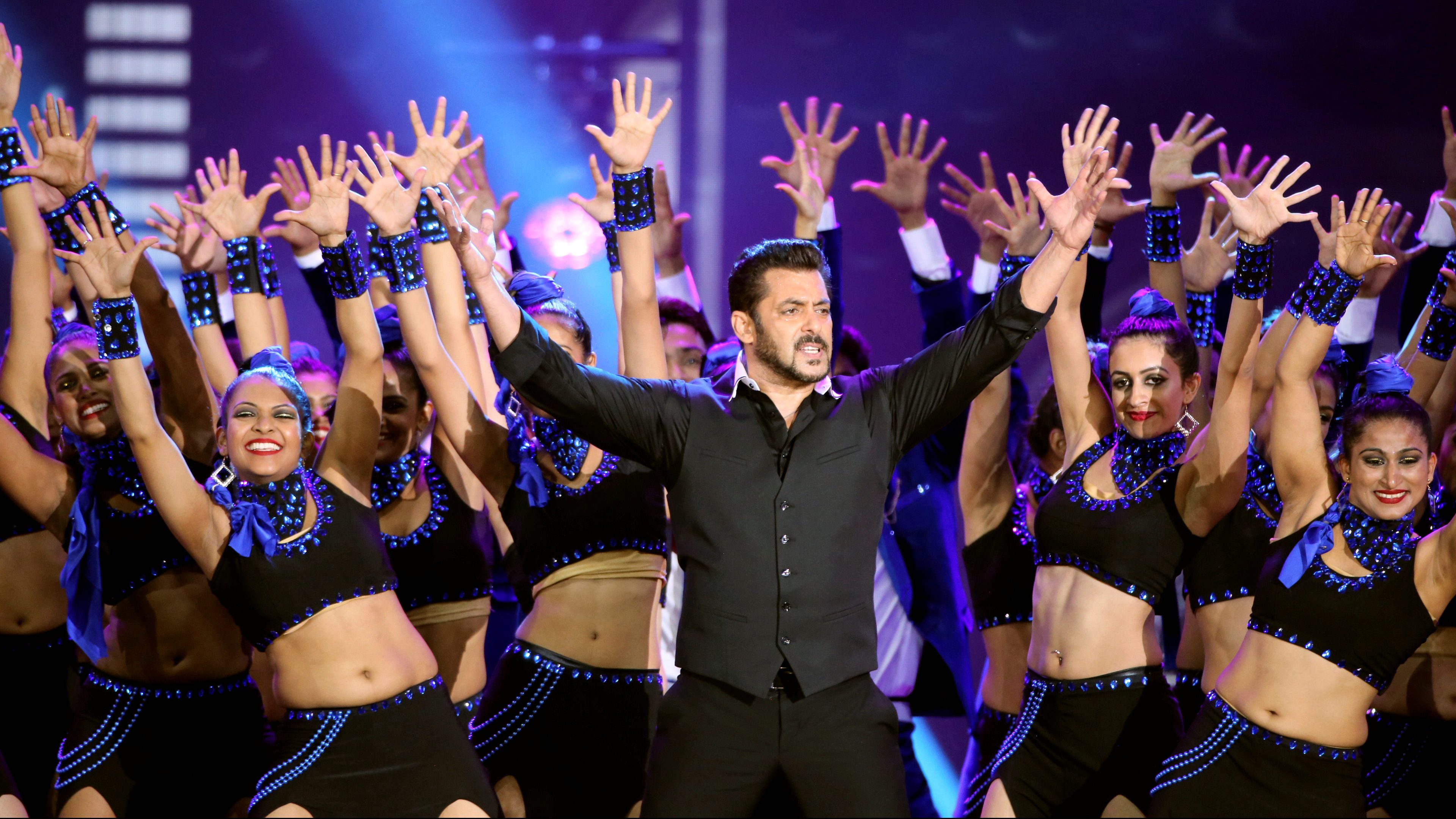 Actor Salman Khan performs at the International Indian Film Academy Awards (IIFA) show at MetLife Stadium in East Rutherford, New Jersey, U.S., July 16, 2017. REUTERS/Joe Penney - RC1F9124D510