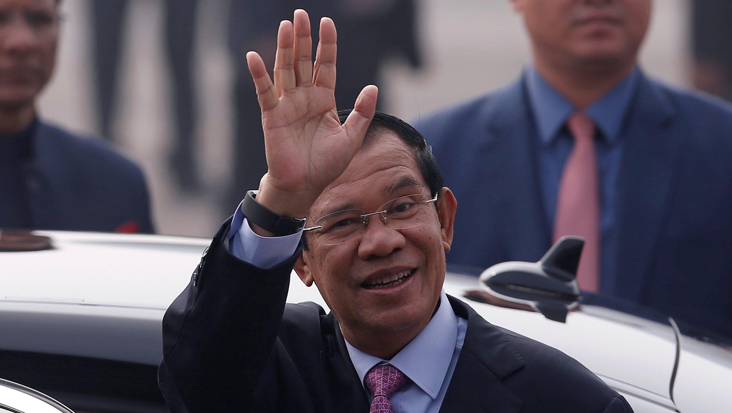 Cambodia's Prime Minister Hun Sen waves upon his arrival at Air Force Station Palam in New Delhi, India, January 24, 2018. REUTERS/Adnan Abidi - RC13046FBA70